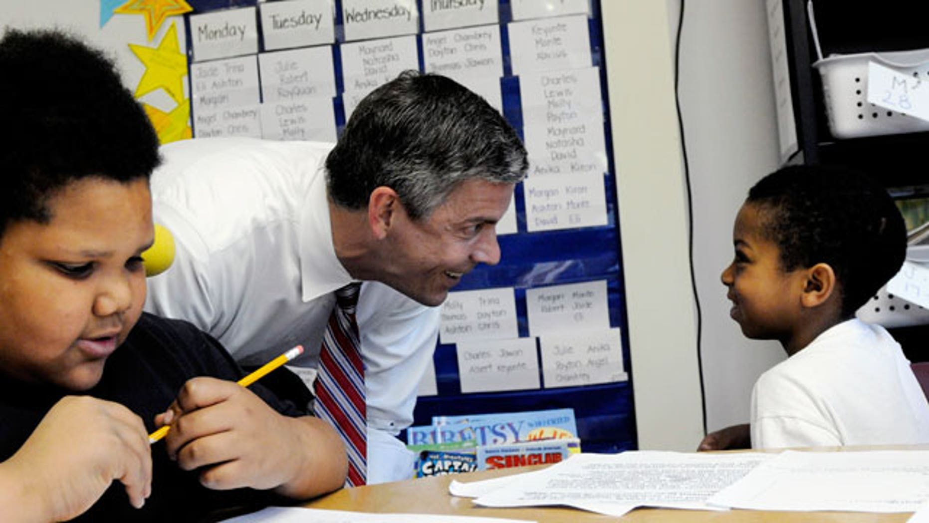 U.S. Education Secretary Arne Duncan visits with students during a visit to Dayton's Bluff Achievement Plus Elementary School Tuesday, May 31, 2011 in Minneapolis. (AP)