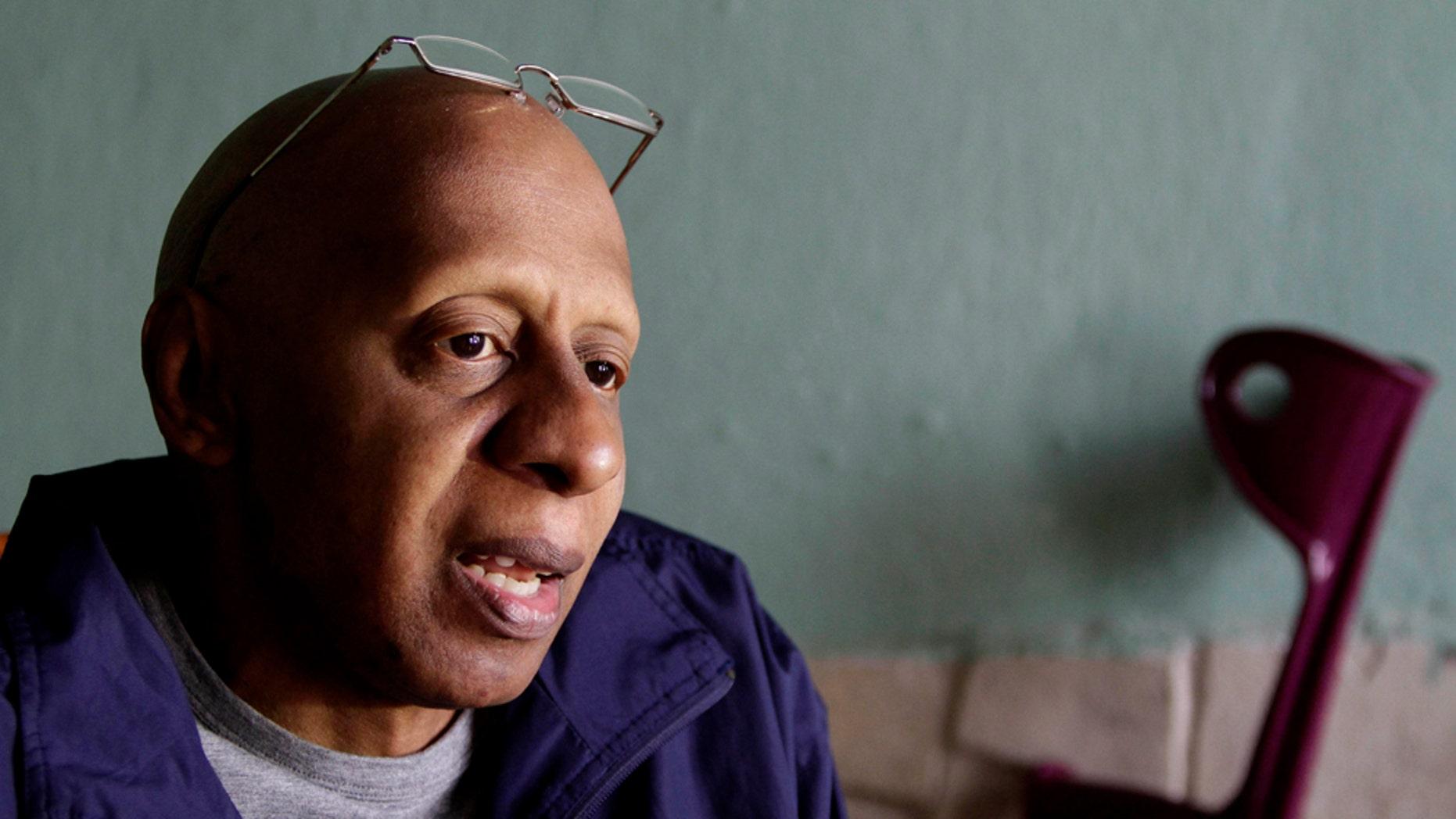 En esta fotografía del 15 de diciembre del 2010, el disidente cubano Guillermo Fariñas habla en una entrevista con The Associated Press en Santa Clara, Cuba. Fariñas fue detenido el miércoles 26 de enero del 2011, según familiares y fuentes de la oposición (AP Foto/Franklin Reyes, archivo)