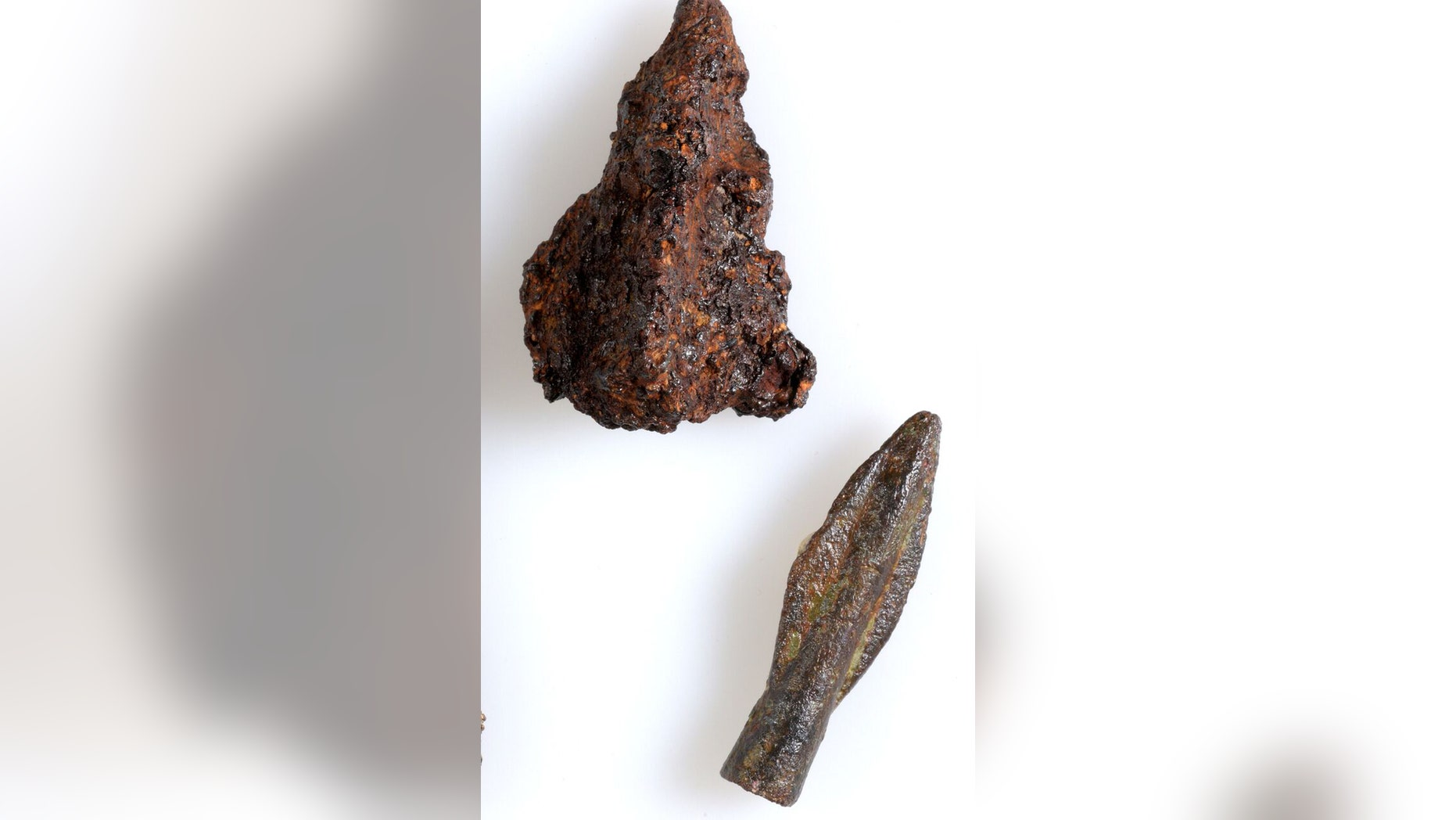 Arrowheads that were discovered in the excavation. Photo: Clara Amit, courtesy of the Israel Antiquities Authority.