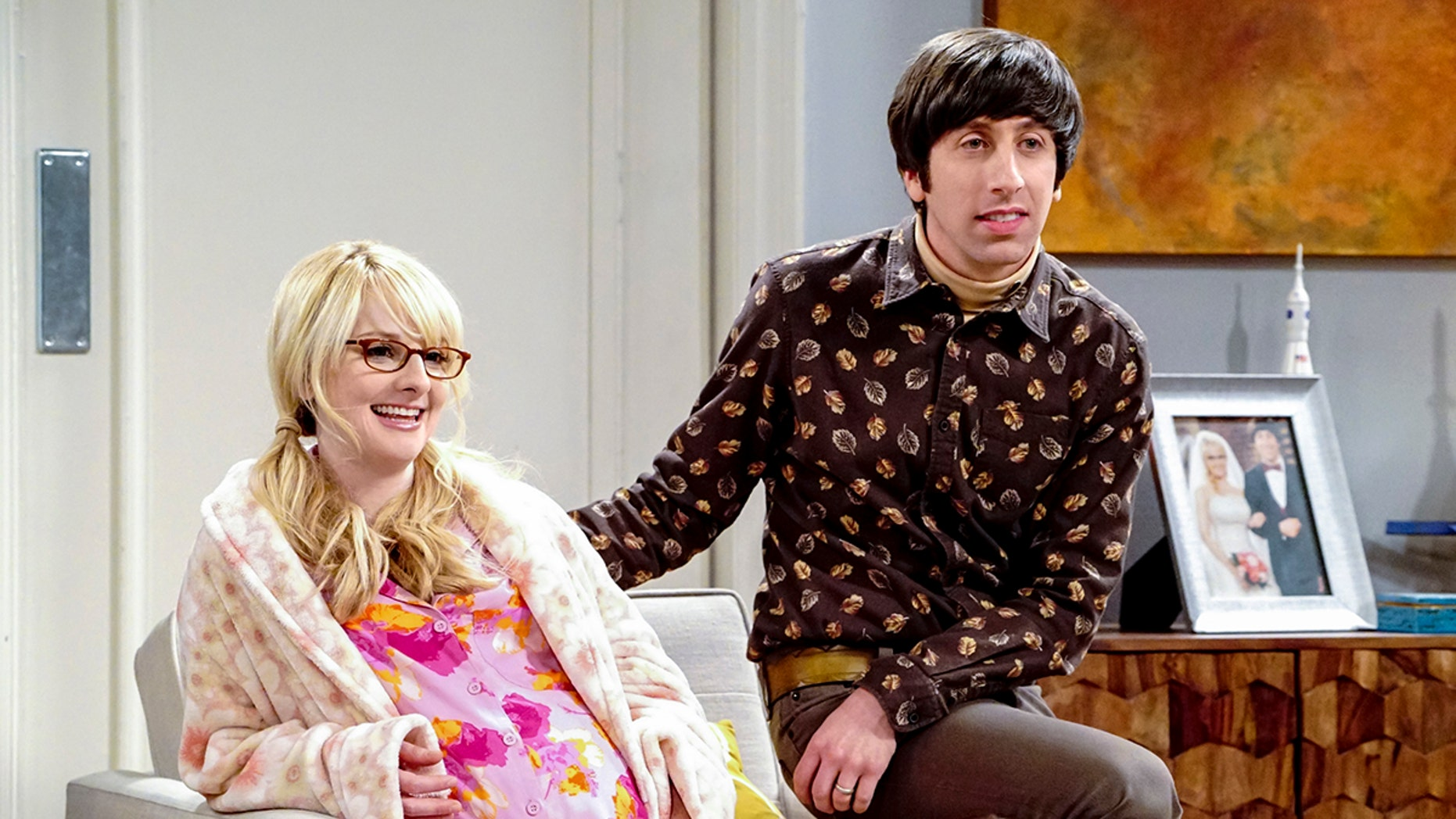 """""""The Neonatal Nomenclature""""- Pictured: Bernadette (Melissa Rauch) and Howard Wolowitz (Simon Helberg). When Bernadette won't go into labor, all her friends try different tactics to get things started. Also, Wolowitz confronts Bernadette after Amy accidentally reveals she's already chosen their son's name, on THE BIG BANG THEORY, Thursday, March 1 (8:00-8:31 PM, ET/PT), on the CBS Television Network. Photo: Bill Inoshita/CBS ©2018 CBS Broadcasting, Inc. All Rights Reserved."""