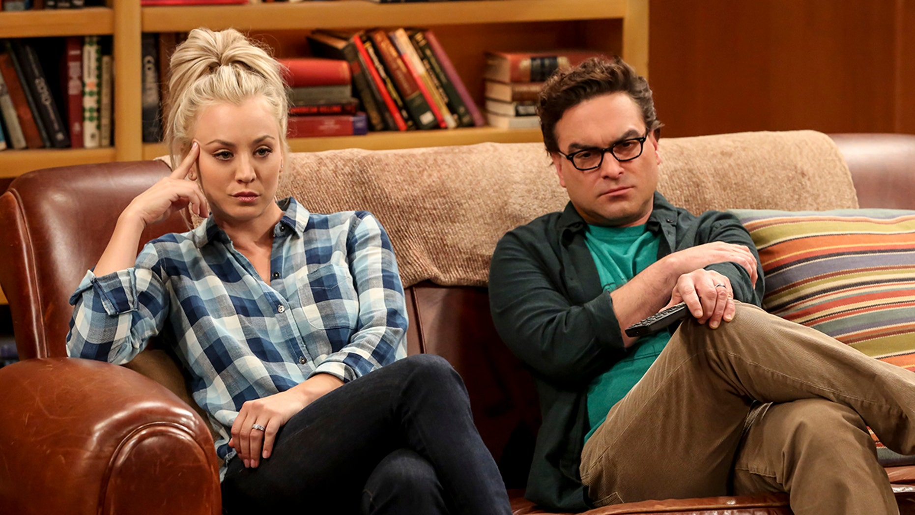 """The Geology Methodology"" – Pictured: Penny (Kaley Cuoco) and Leonard Hofstadter (Johnny Galecki). Sheldon and Bert collaborate on a research project, despite Sheldon's embarrassment. Also, Penny and Bernadette coach Koothrappali on how to navigate his relationship with Ruchi (Swati Kapila), on THE BIG BANG THEORY, Thursday, Nov. 9 (8:00-8:31 PM, ET/PT), on the CBS Television Network. Photo: Michael Yarish/Warner Bros. Entertainment Inc. © 2017 WBEI. All rights reserved."