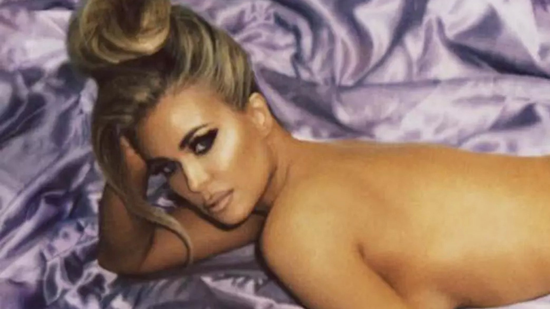 Carmen Electra poses nude for shoot with photographer Eli Russell Linnetz.