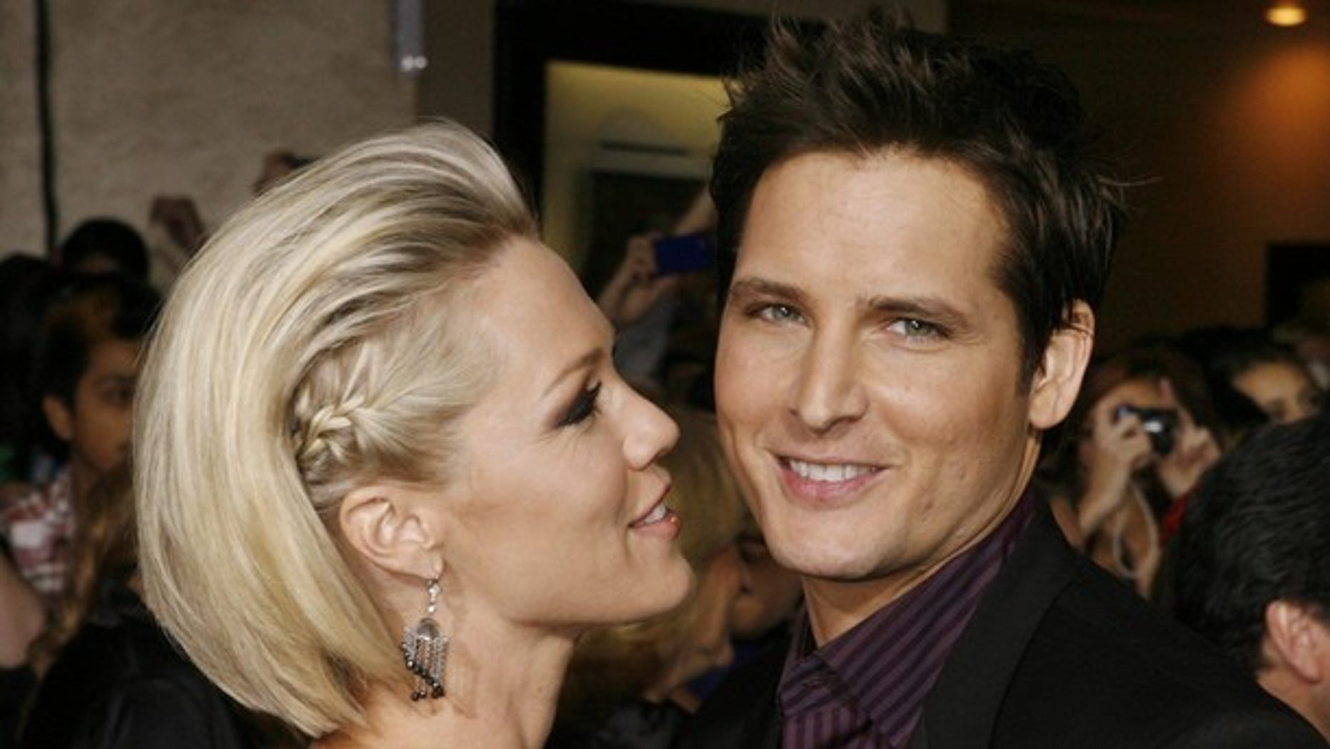 """Actor Peter Facinelli, star of the new film """"The Twilight Saga: New Moon"""" poses with his wife, actress Jennie Garth, at the film's Los Angeles premiere  November 16, 2009. REUTERS/Fred Prouser    (UNITED STATES ENTERTAINMENT)"""