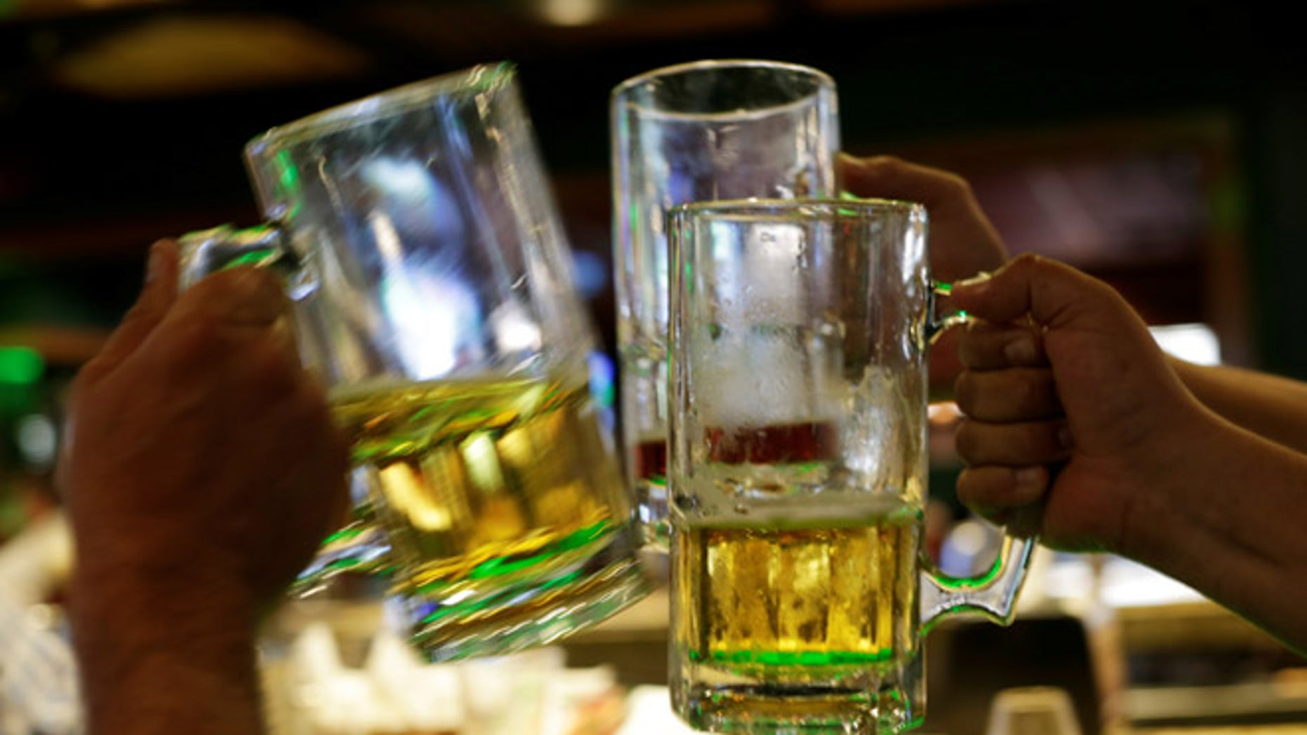 People toast with beer at a bar in Ciudad Juarez, Mexico June 20, 2017. Picture taken June 20, 2017.  REUTERS/Jose Luis Gonzalez - RTS18LIE