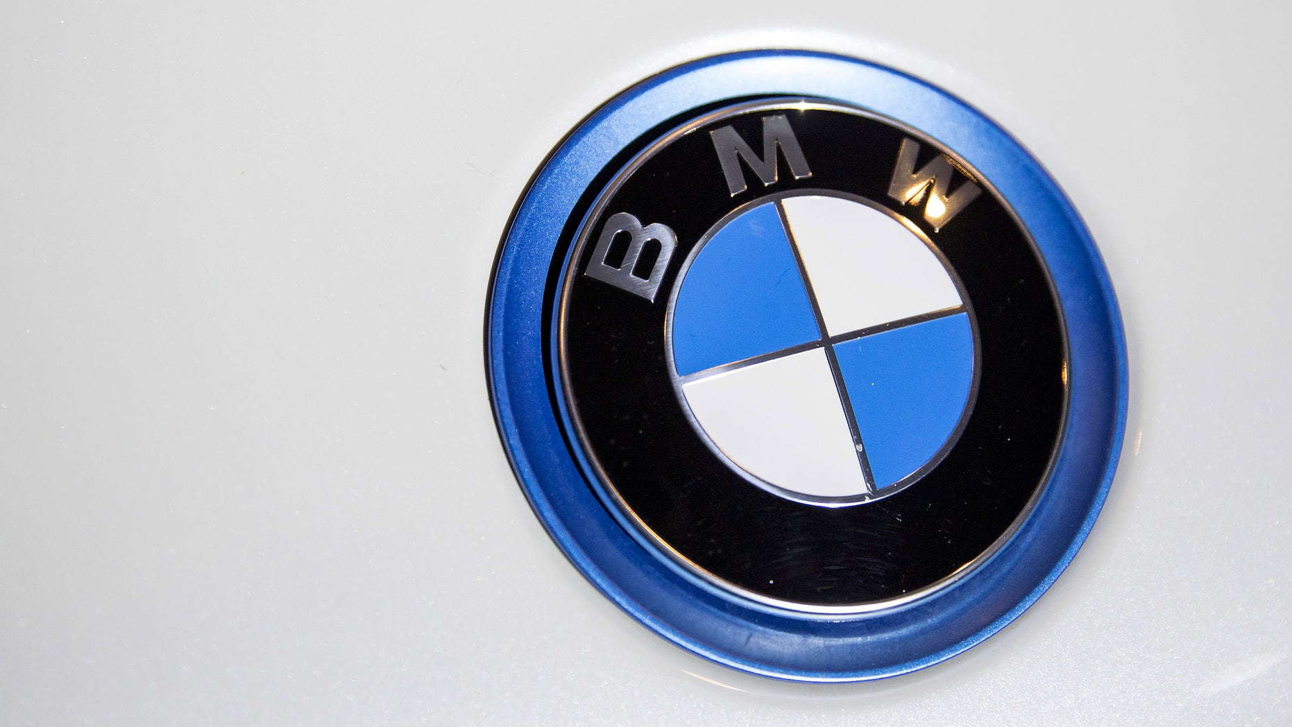 A BMW emblem is pictured at the 2015 New York International Auto Show in New York City, in this April 2, 2015 file photo. Record sales of SUVs helped German carmaker BMW AG to beat first-quarter profit forecasts, despite slowing demand growth in China. REUTERS/Eric Thayer/Files - RTX1BSDA