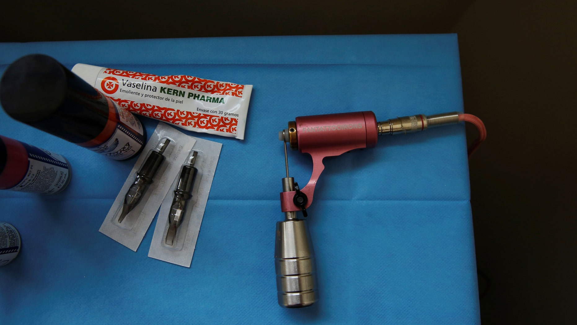 File photo: A pink tattoo machine that symbolises the fight against breast cancer lies on a table next to needles and inks as Quesada prepares to tattoo cancer survivor Mamen Malagon at the Hospital Universitario de Torrejon, in Torrejon de Ardoz, outside Madrid, Spain, March 23, 2017. Picture taken March 23, 2017. (REUTERS/Susana Vera)