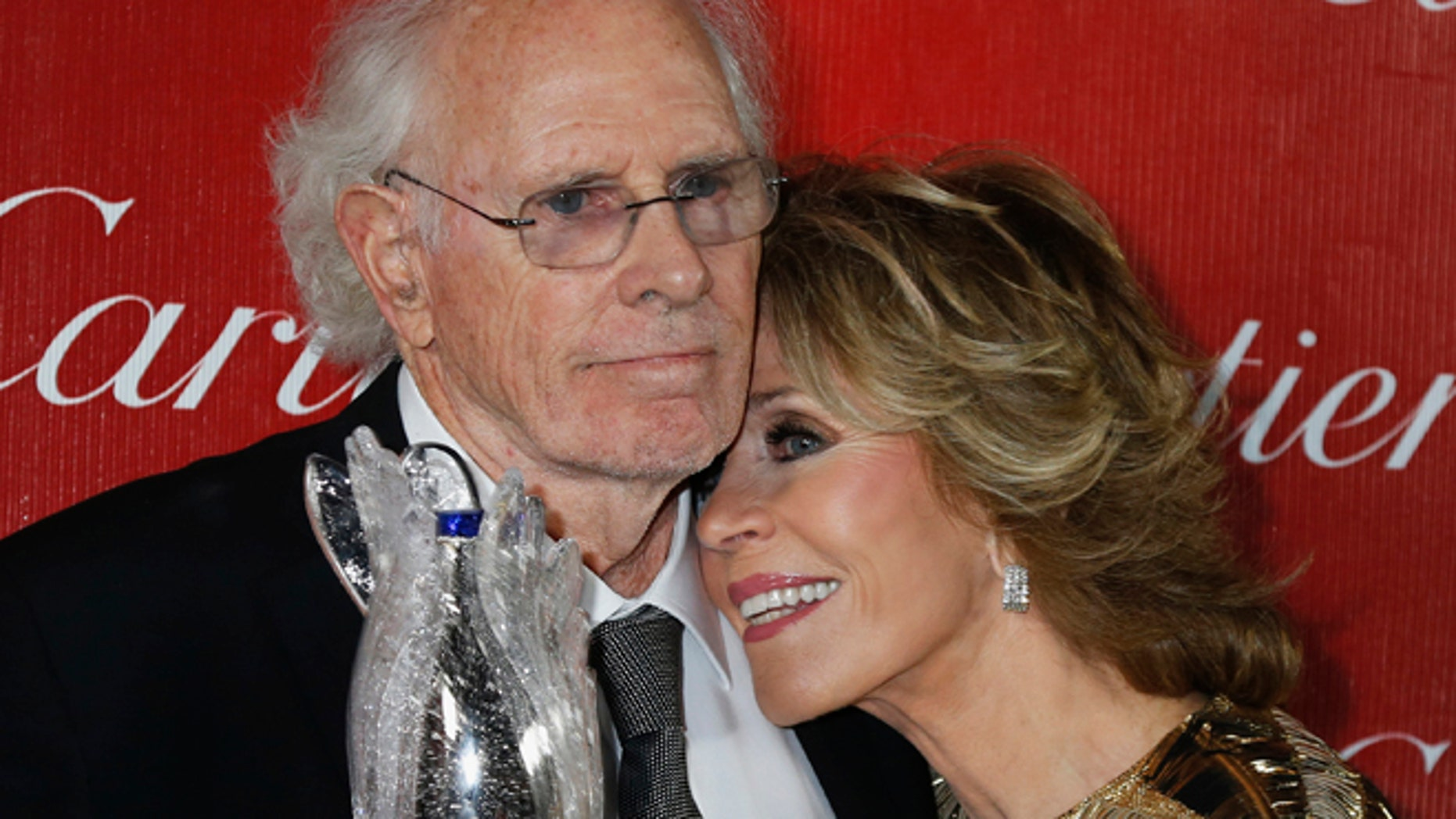 """Presenter Jane Fonda leans her head on shoulder of actor Bruce Dern, star of the film """"Nebraska"""" who received a Career Achievement Award at the 2014 Palm Springs International Film Festival Awards Gala in Palm Springs, California January 4, 2014.  REUTERS/Fred Prouser (UNITED STATES - Tags: ENTERTAINMENT) - RTX172PP"""