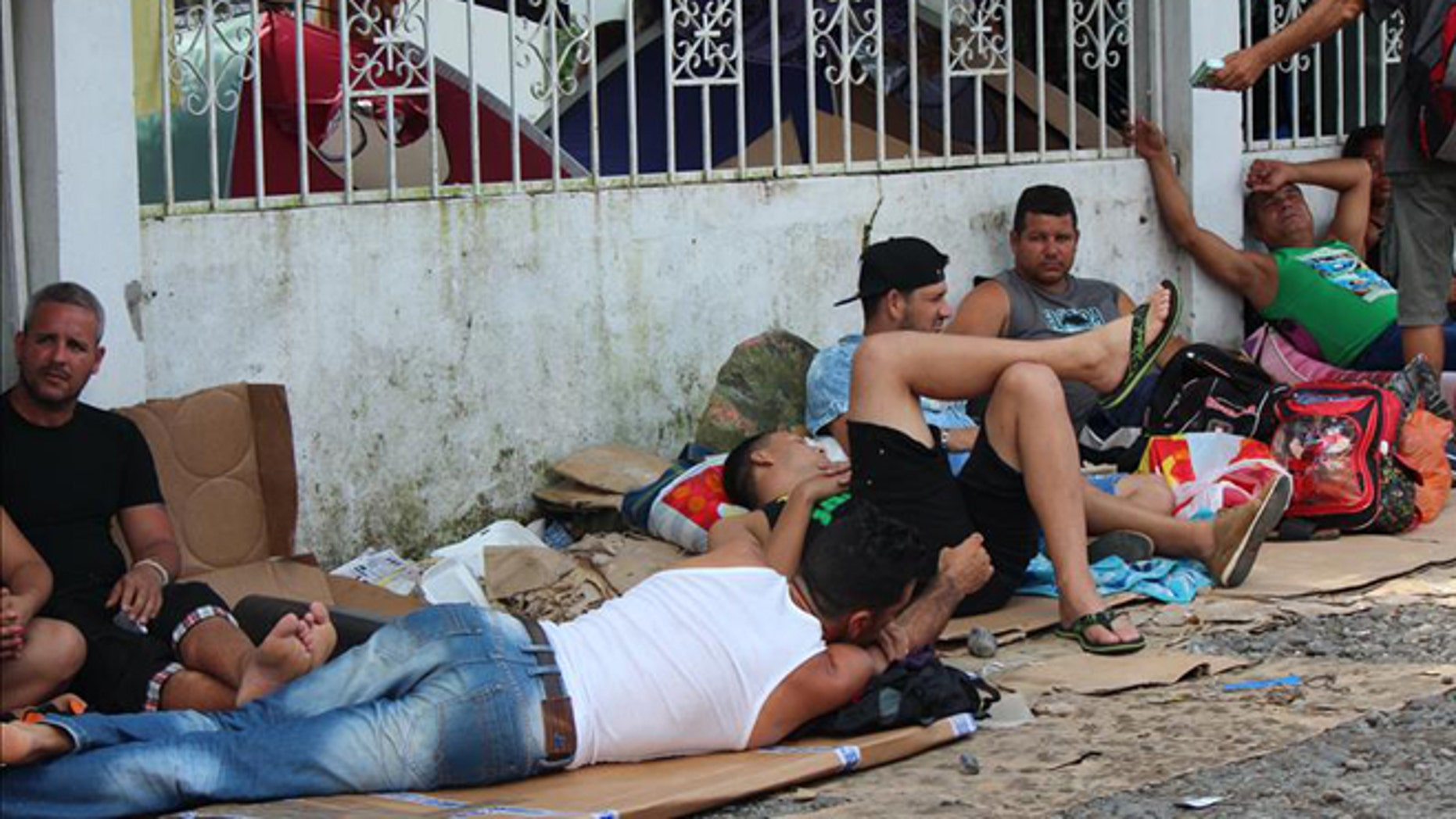 Some 800 Cubans spent Christmas Eve at the Panamanian-Costa Rican border.