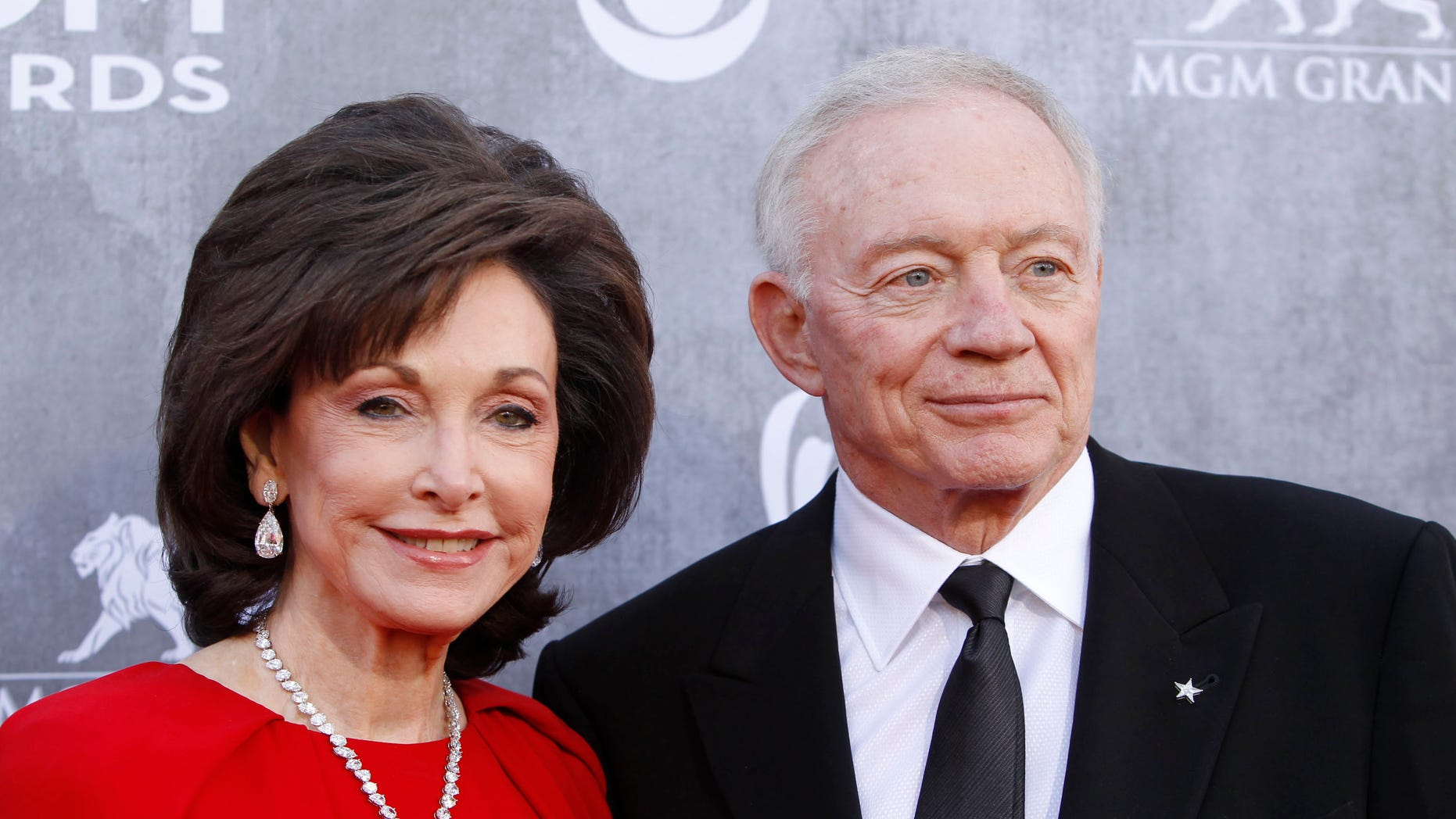 Dallas Cowboys owner Jerry Jones and his wife Gene arrive bat the 49th Annual Academy of Country Music Awards in Las Vegas, Nevada April 6, 2014.   REUTERS/Steve Marcus (UNITED STATES  - Tags: ENTERTAINMENT SPORT FOOTBALL)    (ACMAWARDS-ARRIVALS) - RTR3K6PK