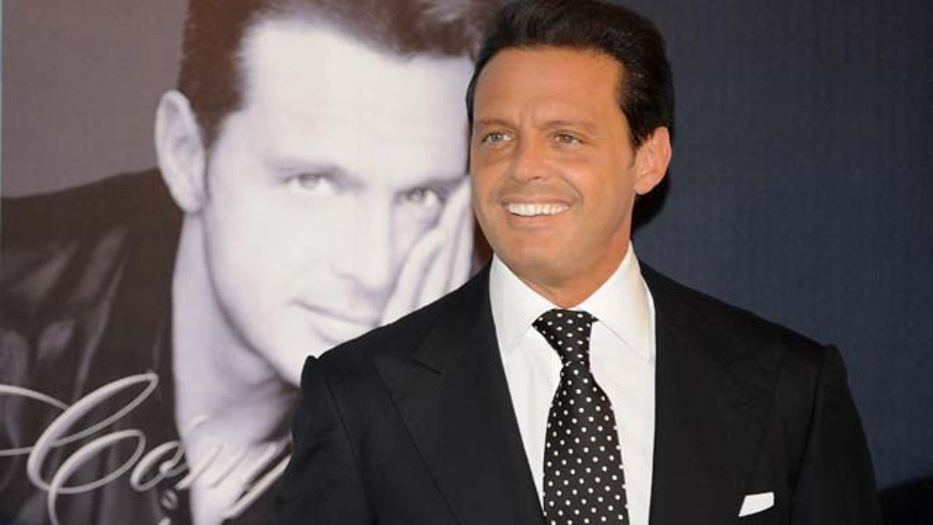 """MADRID, SPAIN - MAY 09:  Mexican singer Luis Miguel attends the photocall to promotes his new album """"Complices"""" on May 09, 2008 at the Palace Hotel in Madrid, Spain.  (Photo by Carlos Alvarez/Getty Images)"""