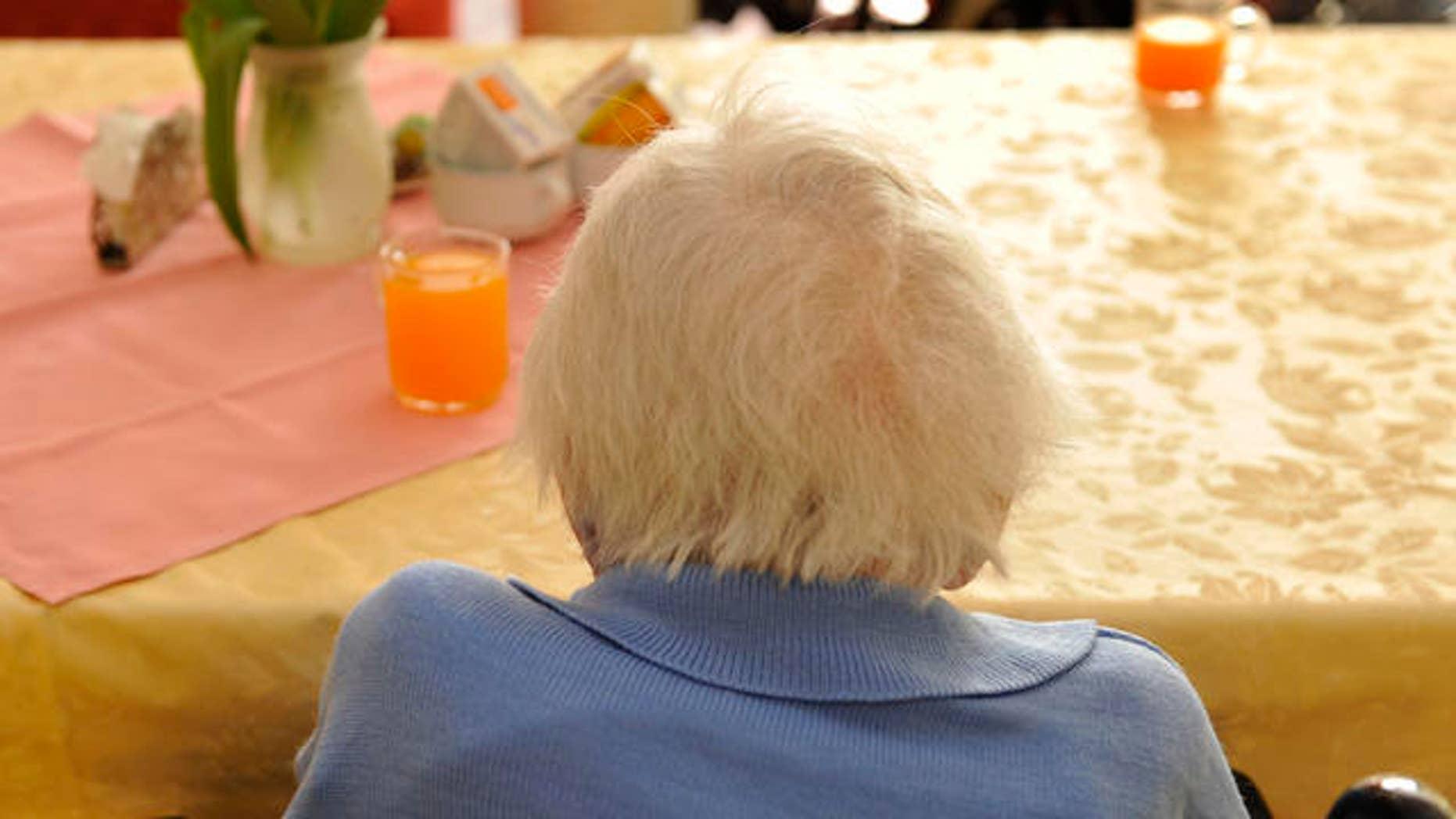 Eine aeltere Heimbewohnerin sitzt am Montag, 20. April 2009, im Pflegeheim in Pulsnitz in einem Aufethaltsraum. In der privaten Pflegeeinrichtung noerdlich von Dresden wohnen derzeit 128 Senioren im Alter von 65 bis 99 Jahren und werden hier rund um die Uhr betreut und versorgt. (AP Photo/Matthias Rietschel)An elderly patient sits on a table in a lounge in a nursing home in Pulsnitz, eastern Germany, Monday, April 20, 2009. (AP Photo/Matthias Rietschel)