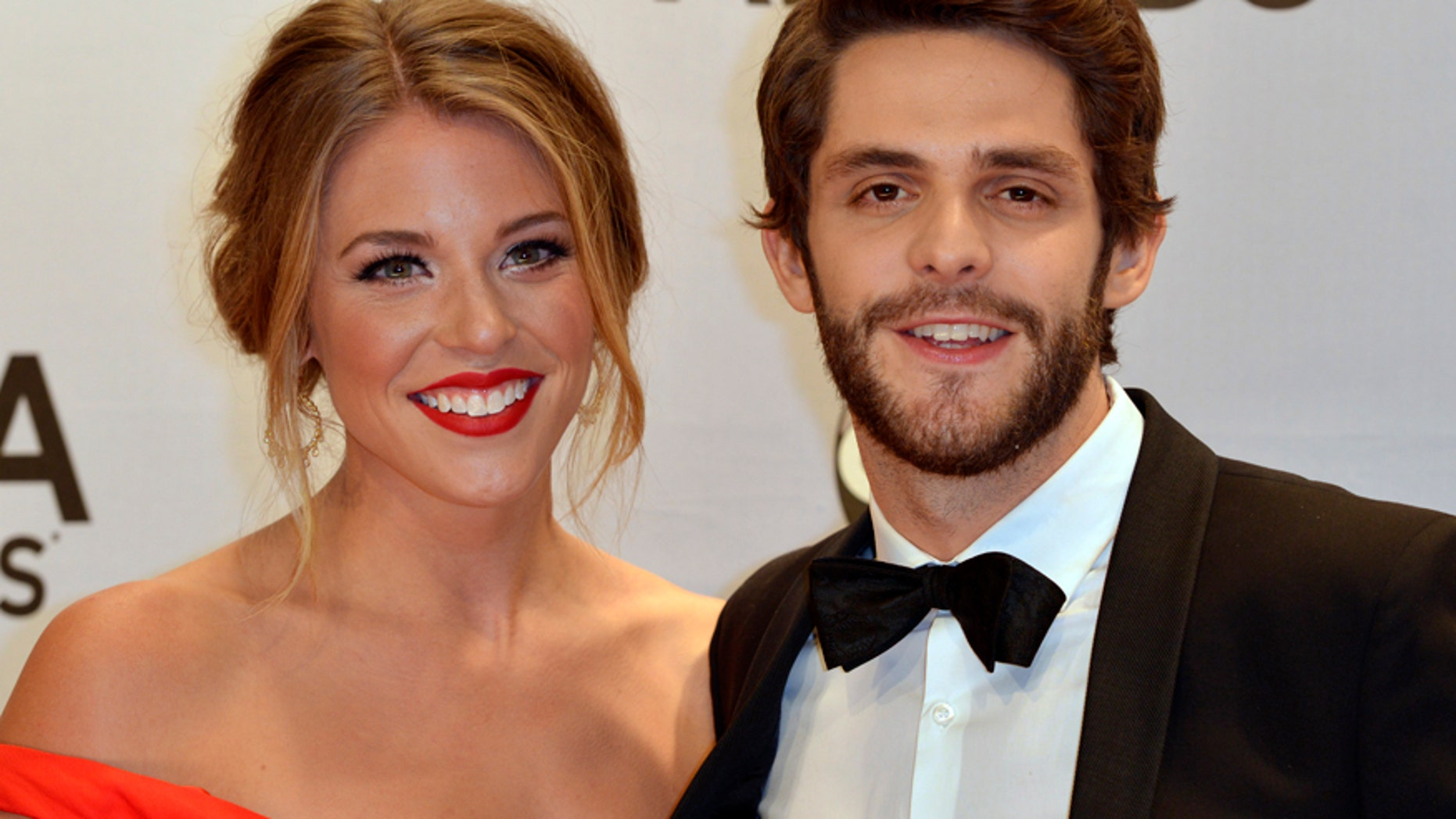 Singer Thomas Rhett arrives with his wife Lauren at the 48th Country Music Association Awards in Nashville, Tennessee November 5, 2014.  REUTERS/Eric Henderson (UNITED STATES  - Tags: ENTERTAINMENT)  (CMA - ARRIVALS) - RTR4D0T6