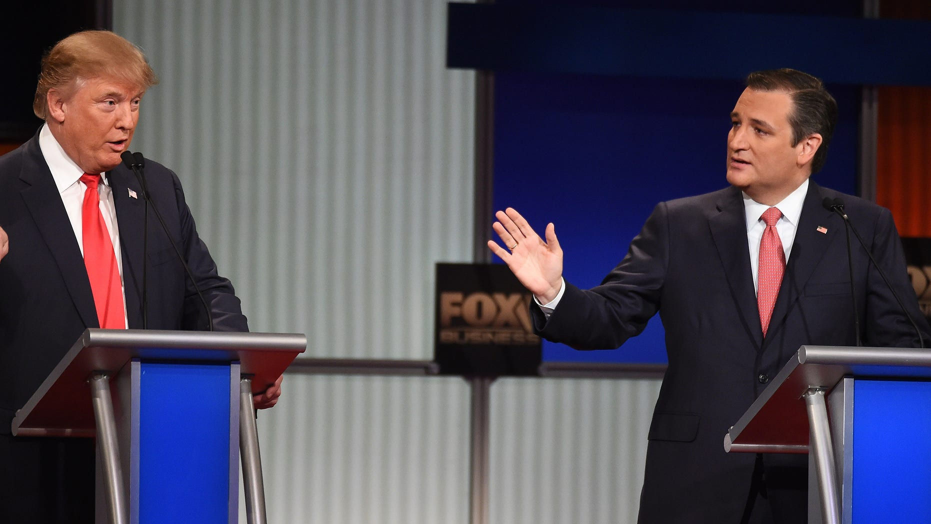 Donald Trump (izq) discute con Ted Cruz durante el debate de los aspirantes republicanos a la nominación presidencial el 14 de enero del 2016 en North Charleston, Carolina del Sur. (AP Photo/Rainier Ehrhardt)