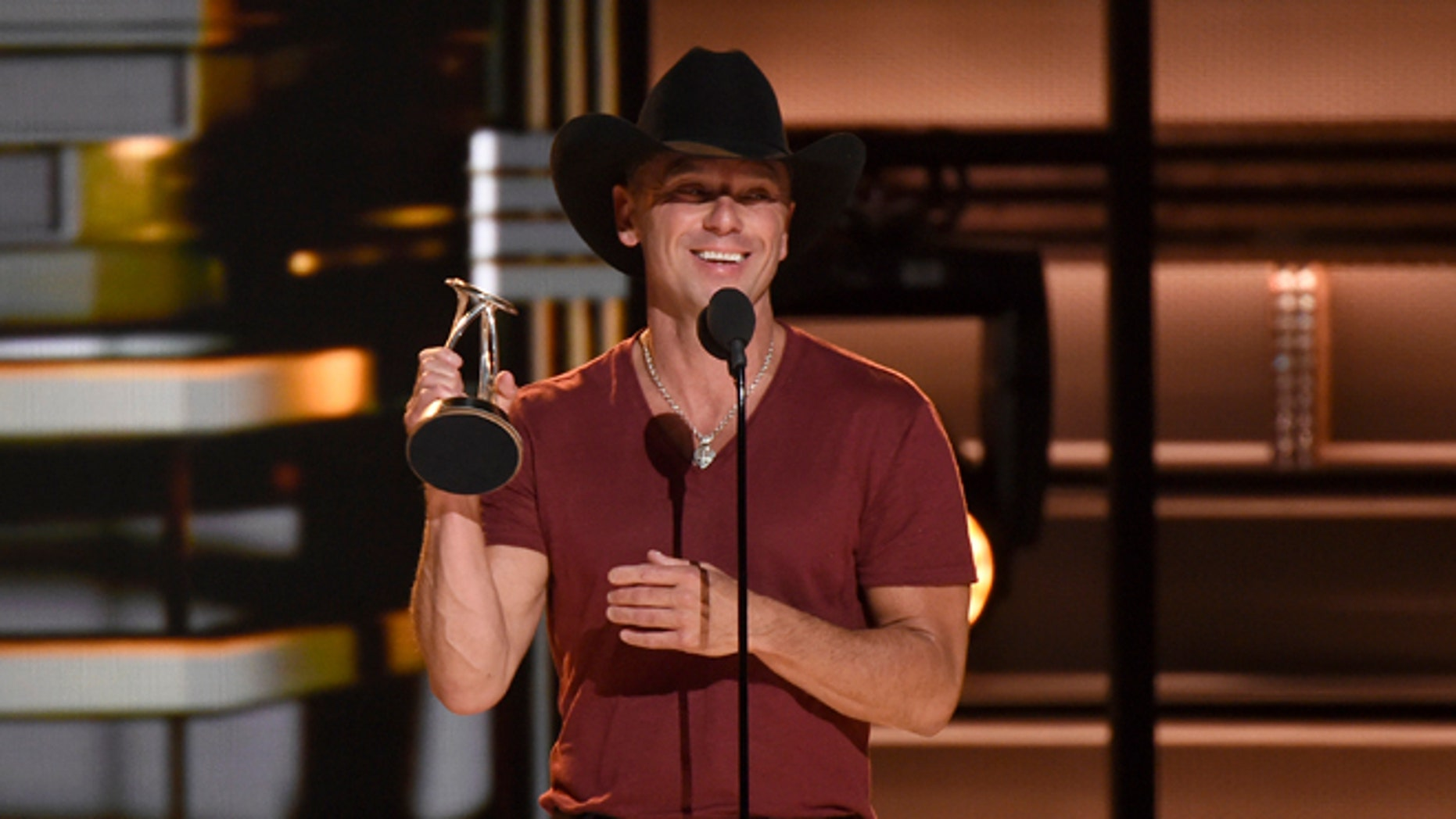 Kenny Chesney says he loves Beyonce