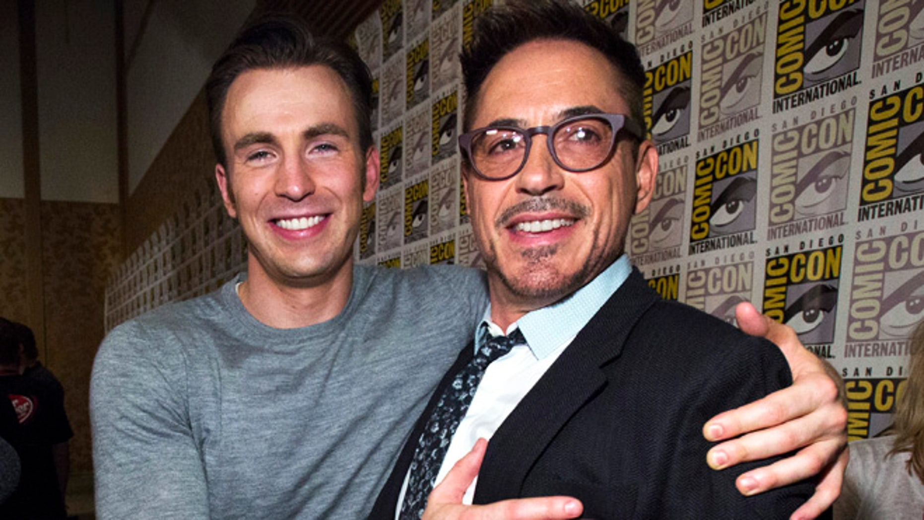 "Cast members Robert Downey Jr. (R) and Chris Evans pose at a press line for ""Avengers: Age of Ultron"" during the 2014 Comic-Con International Convention in San Diego, California July 26, 2014.  REUTERS/Mario Anzuoni (UNITED STATES - Tags: ENTERTAINMENT) - RTR409CY"