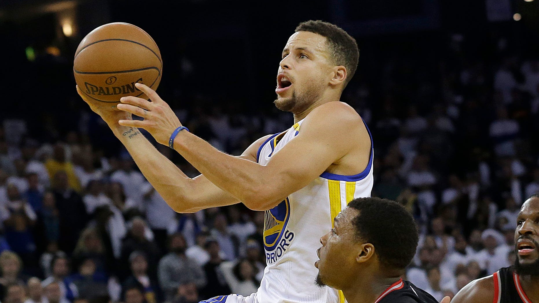 Golden State Warriors guard Stephen Curry, left, shoots against Toronto Raptors guard Kyle Lowry during the second half of an NBA basketball game in Oakland, Calif., Wednesday, Dec. 28, 2016. (AP Photo/Jeff Chiu)