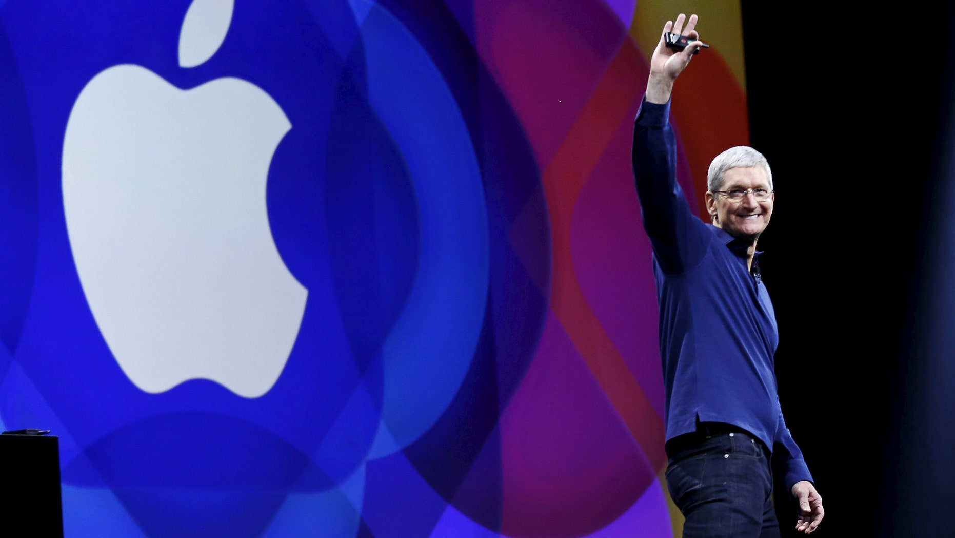 Apple CEO Tim Cook waves as he arrives on stage to deliver his keynote address at the Worldwide Developers Conference in San Francisco, California, United States June 8, 2015. (REUTERS/Robert Galbraith)