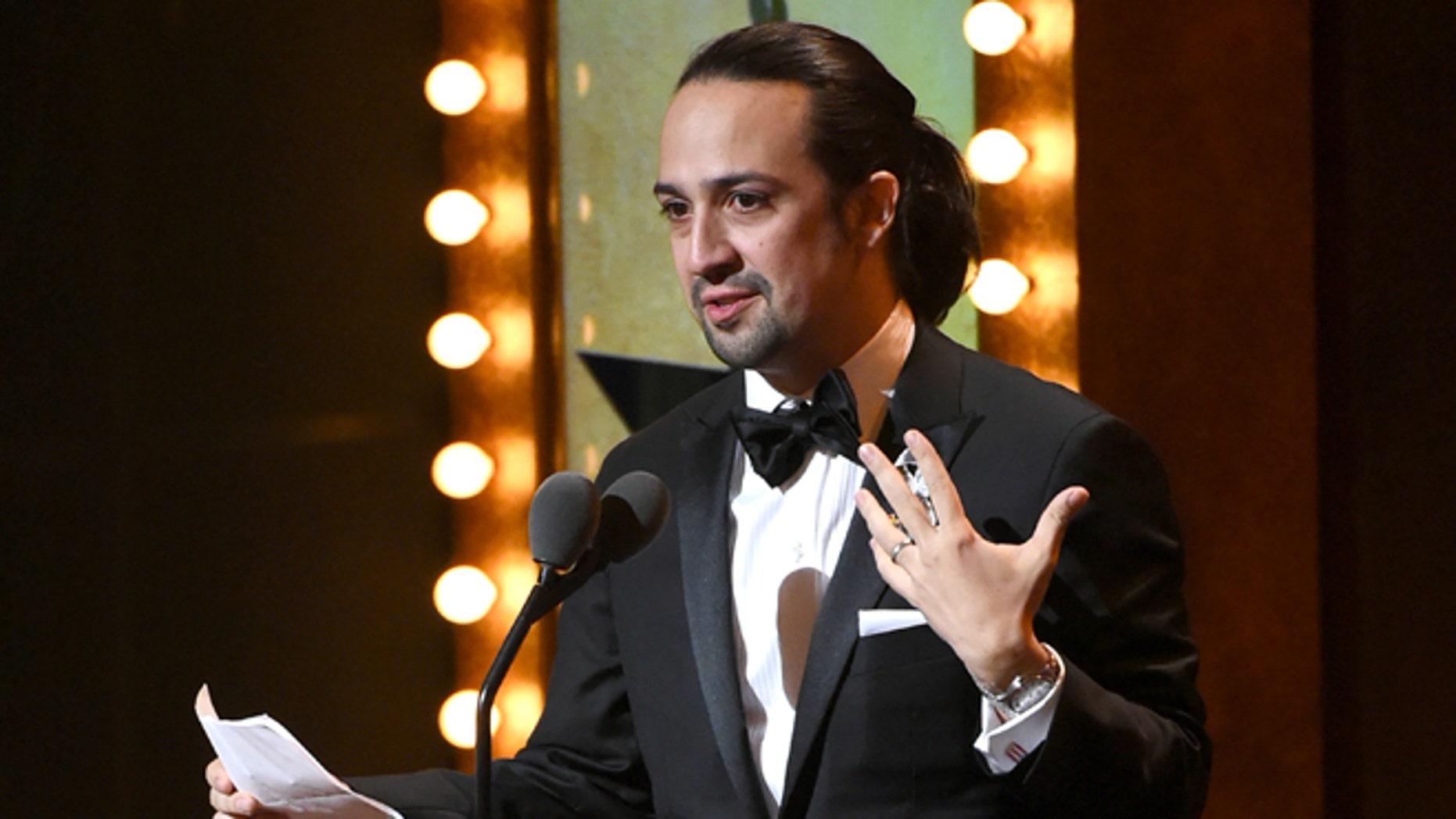 """Lin-Manuel Miranda recibe el Premio Tony a la mejor partitura original por """"Hamilton"""", el domingo 12 de junio del 2016 en el Teatro Beacon en Nueva York. (Foto por Evan Agostini/Invision/AP)"""