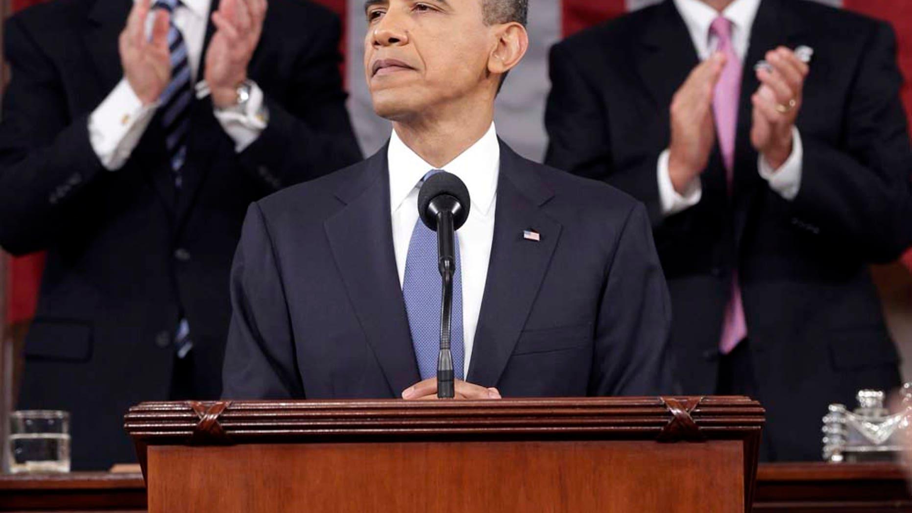 El presidente estadounidense Barack Obama es aplaudido por el vicepresidente Joe Biden y el presidente de la Cámara de Representantes John Boehner en el Capitolio en Washington, el martes 25 de enero de 2011, durante su discurso sobre el estado de la nación. (Foto AP/Pablo Martínez Monsiváis, Pool)