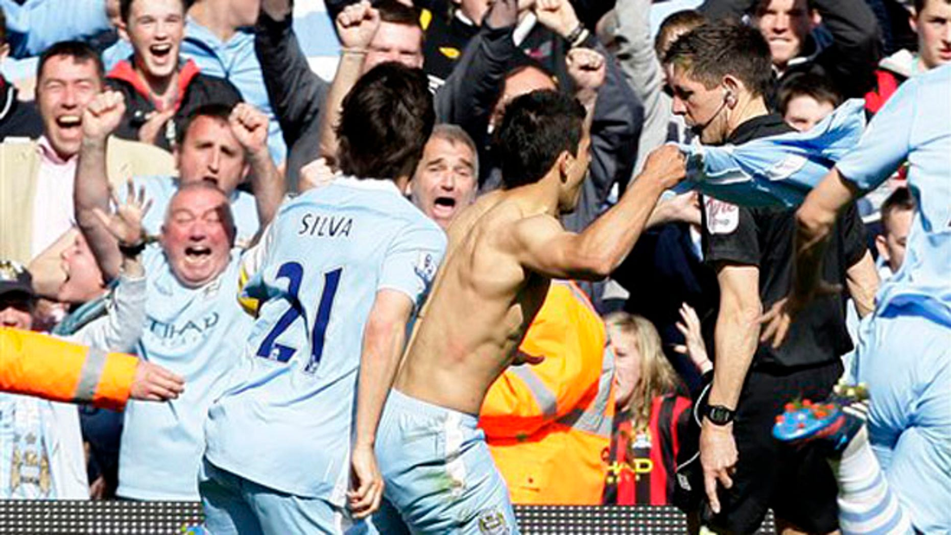 Sergio Aguero celebrates after scoring against Queens Park Rangers to win the Premier League title for Manchester City, May 13, 2012. (Foto AP/Jon Super)