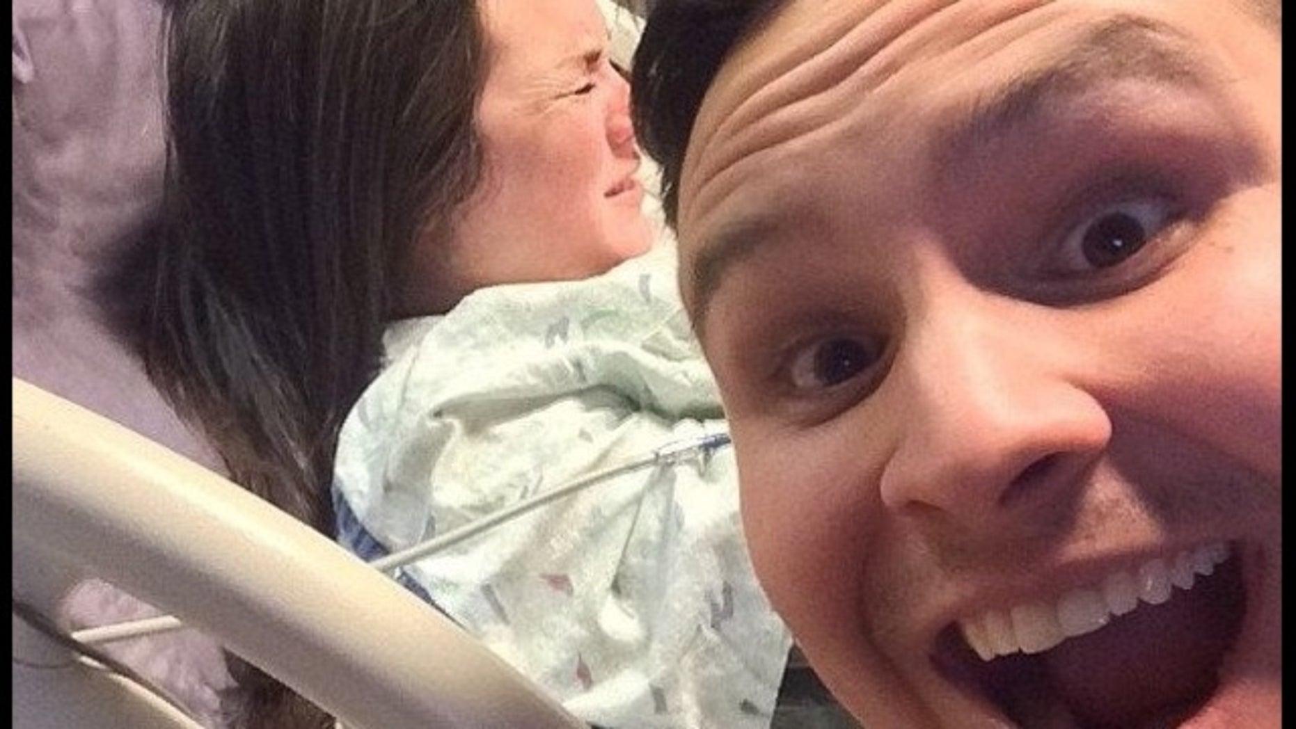 Reddit user posts selfie while wife is in labor