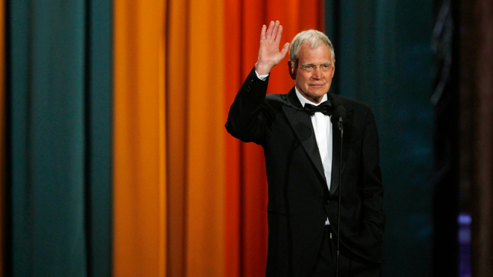 "Late night television host David Letterman waves to the crowd as he accepts The Johnny Carson Award for Comedic Excellence at ""The Comedy Awards"" in New York City March 26, 2011. REUTERS/Jessica Rinaldi (UNITED STATES - Tags: ENTERTAINMENT) - RTR2KGQA"