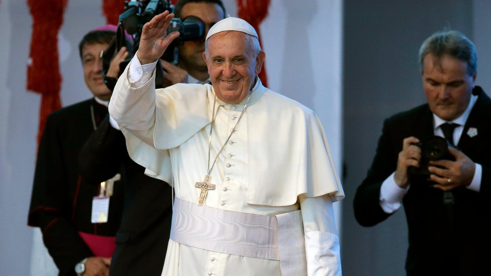"""Papa Francisco llega a una reunión con los jóvenes en Asunción, el domingo 12 de julio de 2015. El pontífice pidió a los jóvenes que hagan """"lío"""", que hagan mucho ruido y exijan. Pero también les dijo que ellos tienen que trabajar en la reorganizacióón de las cosas. (AP foto/Jorge Saenz)"""