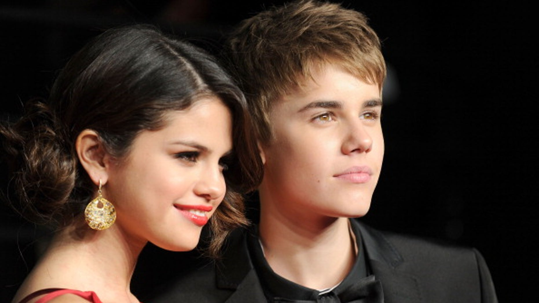 WEST HOLLYWOOD, CA - FEBRUARY 27:  Singer/actress Selena Gomez and singerJustin Bieber arrive at the Vanity Fair Oscar party hosted by Graydon Carter held at Sunset Tower on February 27, 2011 in West Hollywood, California.  (Photo by Pascal Le Segretain/Getty Images)
