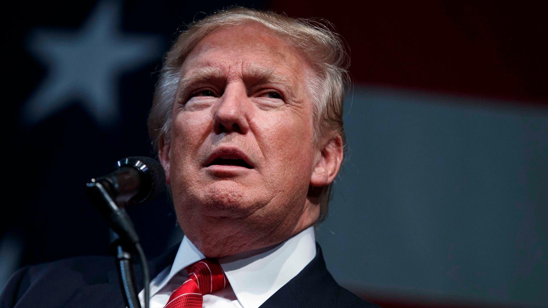 El candidato republicano a la presidencia, Donald Trump, habla durante un mitin de campaña en el Crown Arena, el martes 9 de agosto de 2016, en Fayetteville, North Carolina. (AP Foto/Evan Vucci)