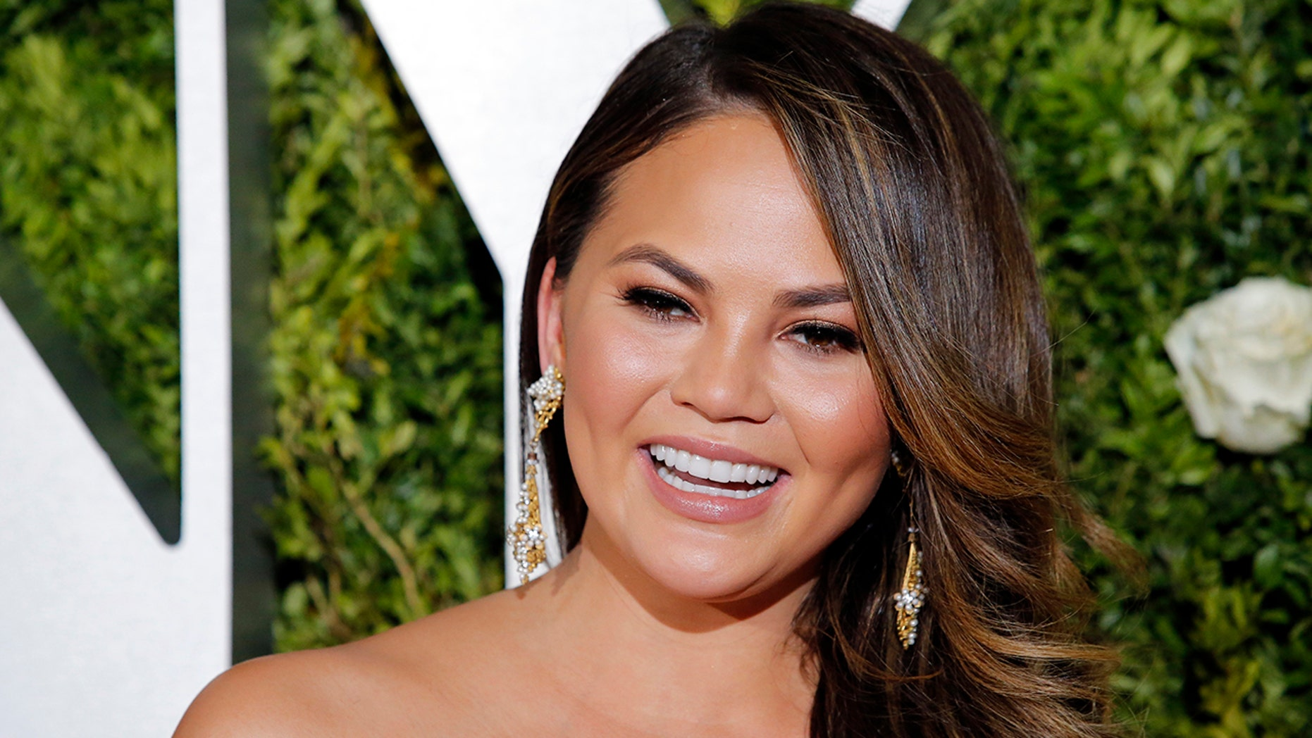 Chrissy Teigen leaves a generous tip, but the waitress said she didn't keep it all.