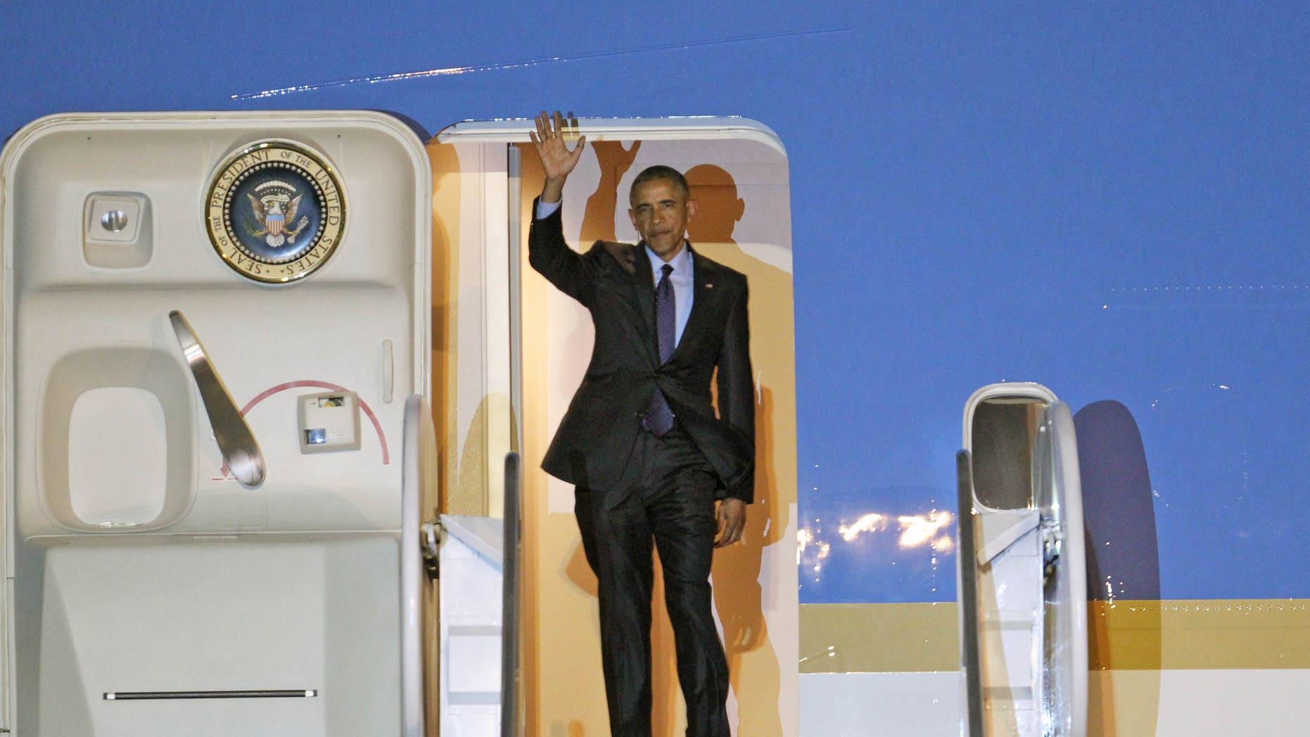 El presidente estadounidense Barack Obama saluda a su llegada a Kingston, Jamaica, el 8 de abril del 2015 en el comienzo de un viaje de tres días al Caribe y Centroamérica. (AP Foto/Ricardo Arduengo)
