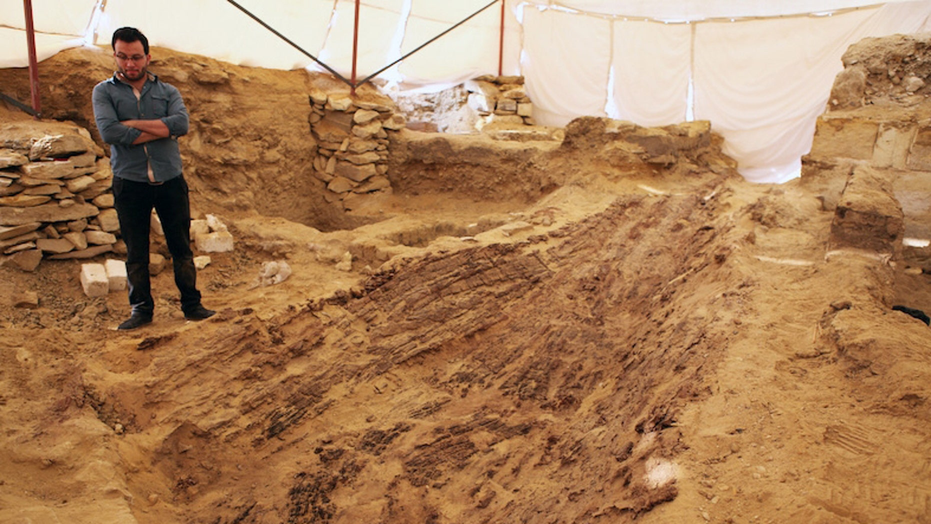 Viiew of the boat during the process of excavation (Archives of the Czech Institute of Egyptology, V.Dulikova)