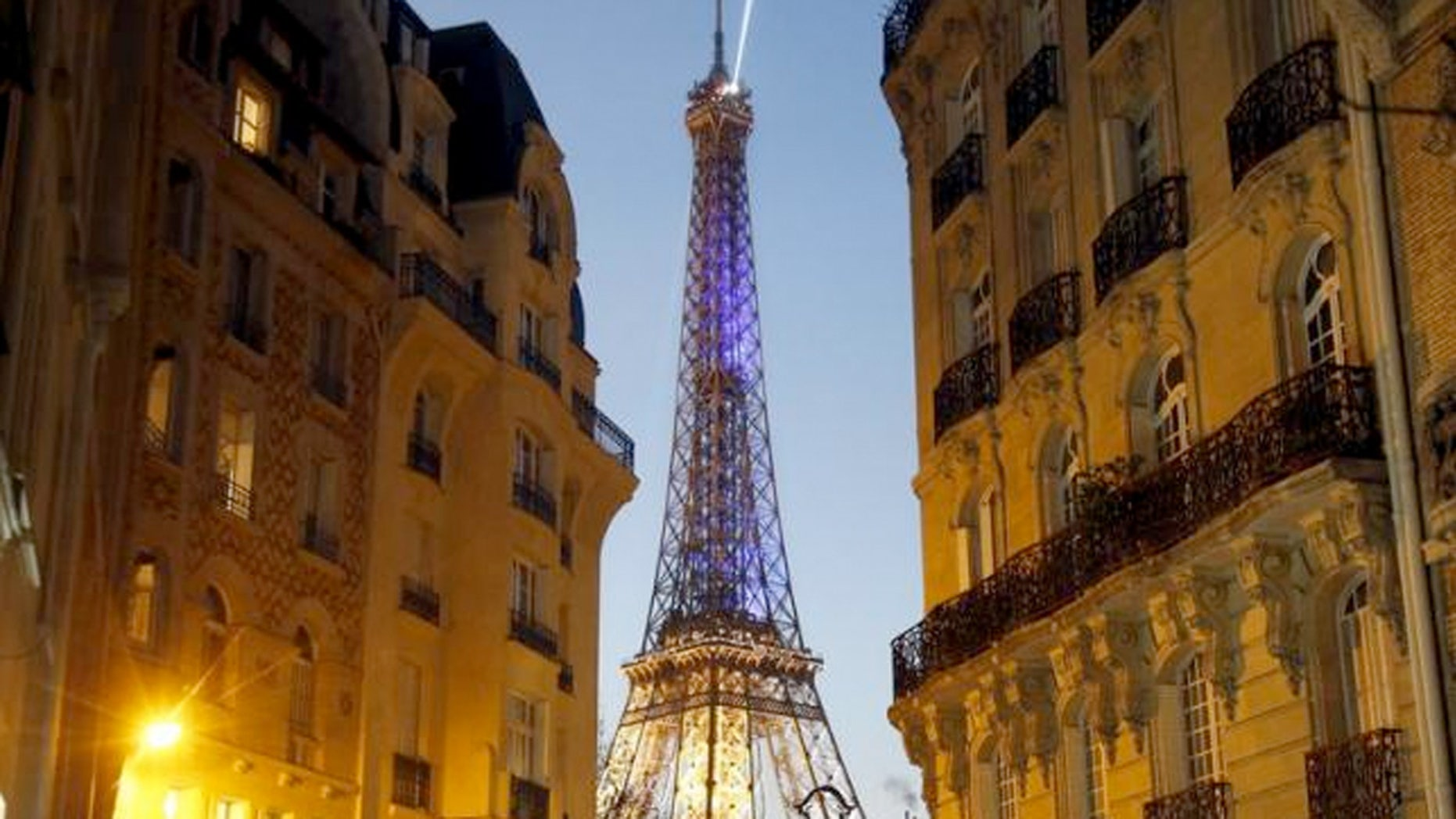 Several travel indicators show that 2016 may be a good year for Paris.