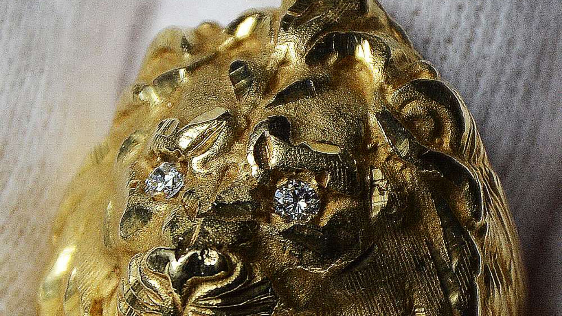 The lion head gold ring worn by Elvis Presley (Henry Aldridge & Son)