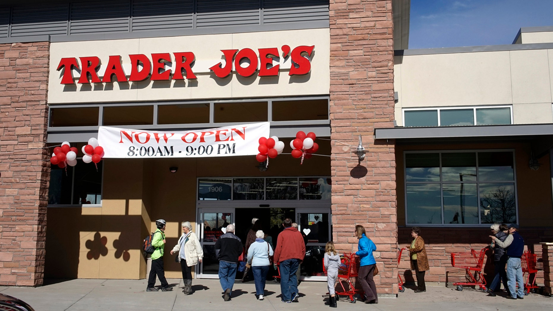 Shoppers line up to enter the new Trader Joe's store in Boulder, Colorado February 14, 2014. Trader Joe's opened in Colorado for the first time February 14, with three stores in the Denver metro area.  REUTERS/Rick Wilking (UNITED STATES - Tags: SOCIETY BUSINESS) - RTX18UIL