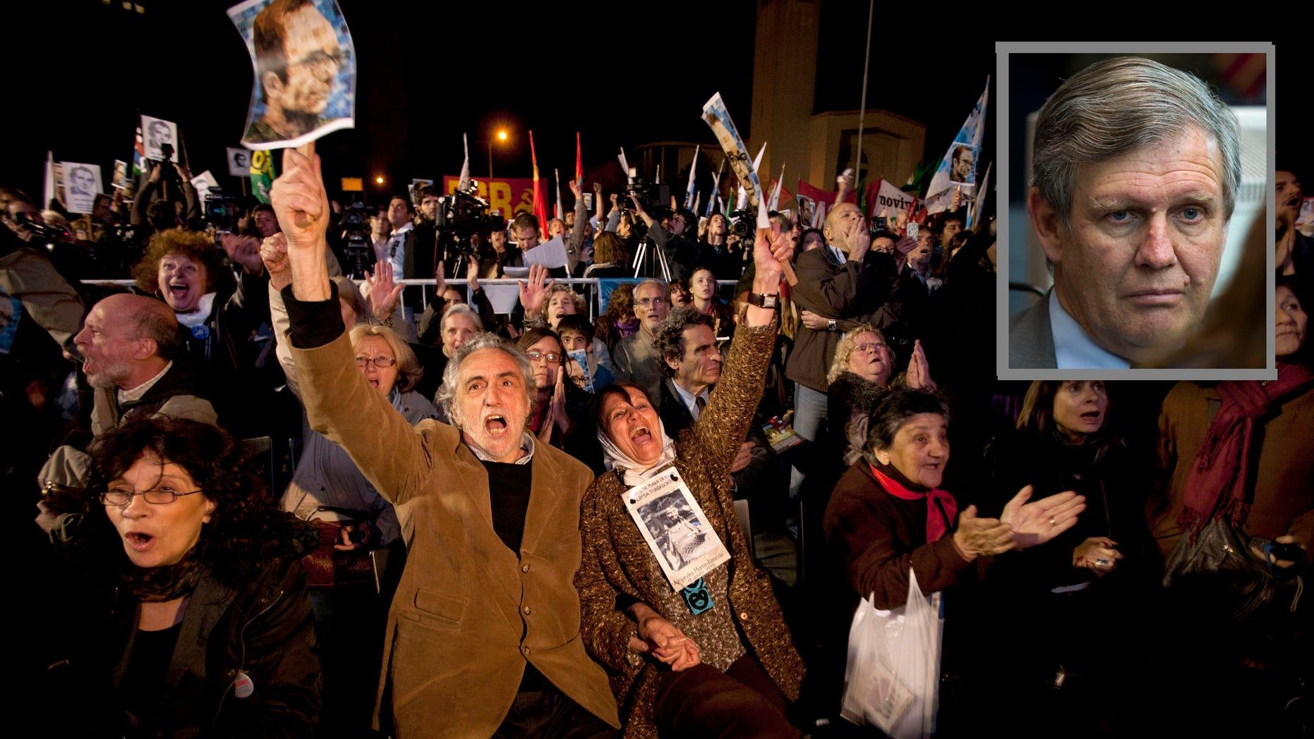 Activistas de derechos humanos, entre ellos la miembro de las Madres de Plaza de Mayo Tati Almeida, tercera desde la izquierda, celebran tras un juicio contra ex militares y policías en Buenos Aires, Argentina, el miércoles 26 de octubre de 2011. Un tribunal condenó el miércoles a cadena perpetua a 12 ex militares y policías por crímenes de lesa humanidad cometidos en la Escuela de Mecánica de la Armada (ESMA), uno de los principales y más cruentos centros de detención que funcionó durante la última dictadura militar argentina (1976-1983). (AP foto/Victor R. Caivano)