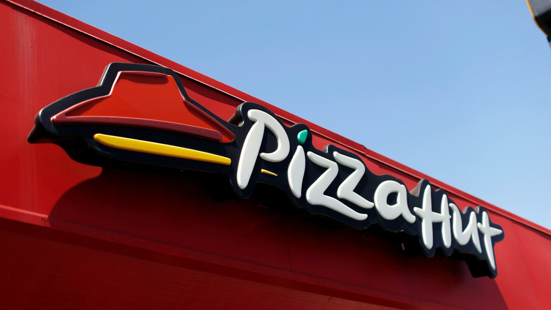 The sign at a Pizza Hut location, which is owned by Yum Brands Inc, is pictured ahead of their company results in Pasadena, California U.S., July 11, 2016. REUTERS/Mario Anzuoni - RTSHGTN