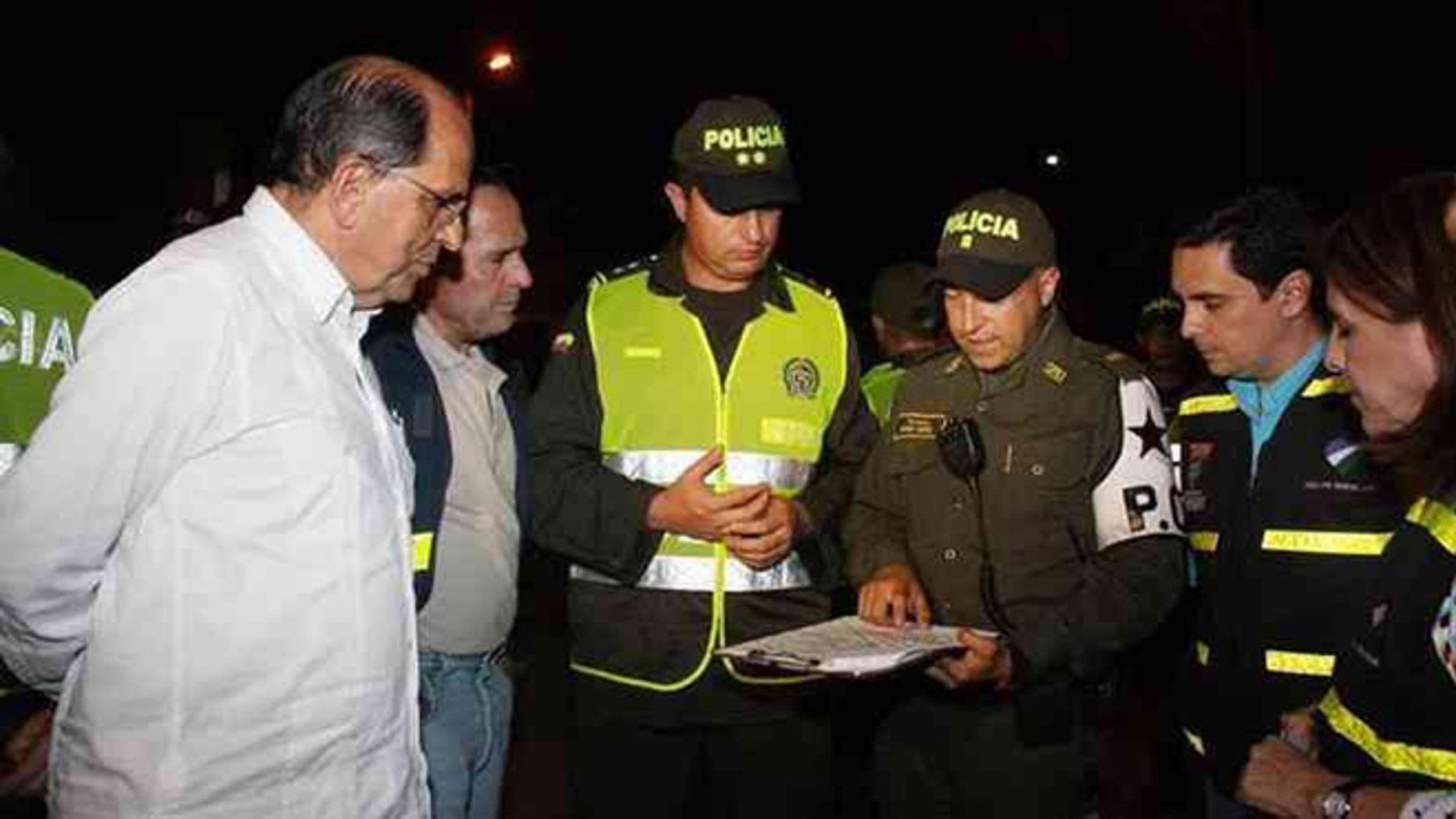 Cali Mayor Rodrigo Guerrero meets with police.