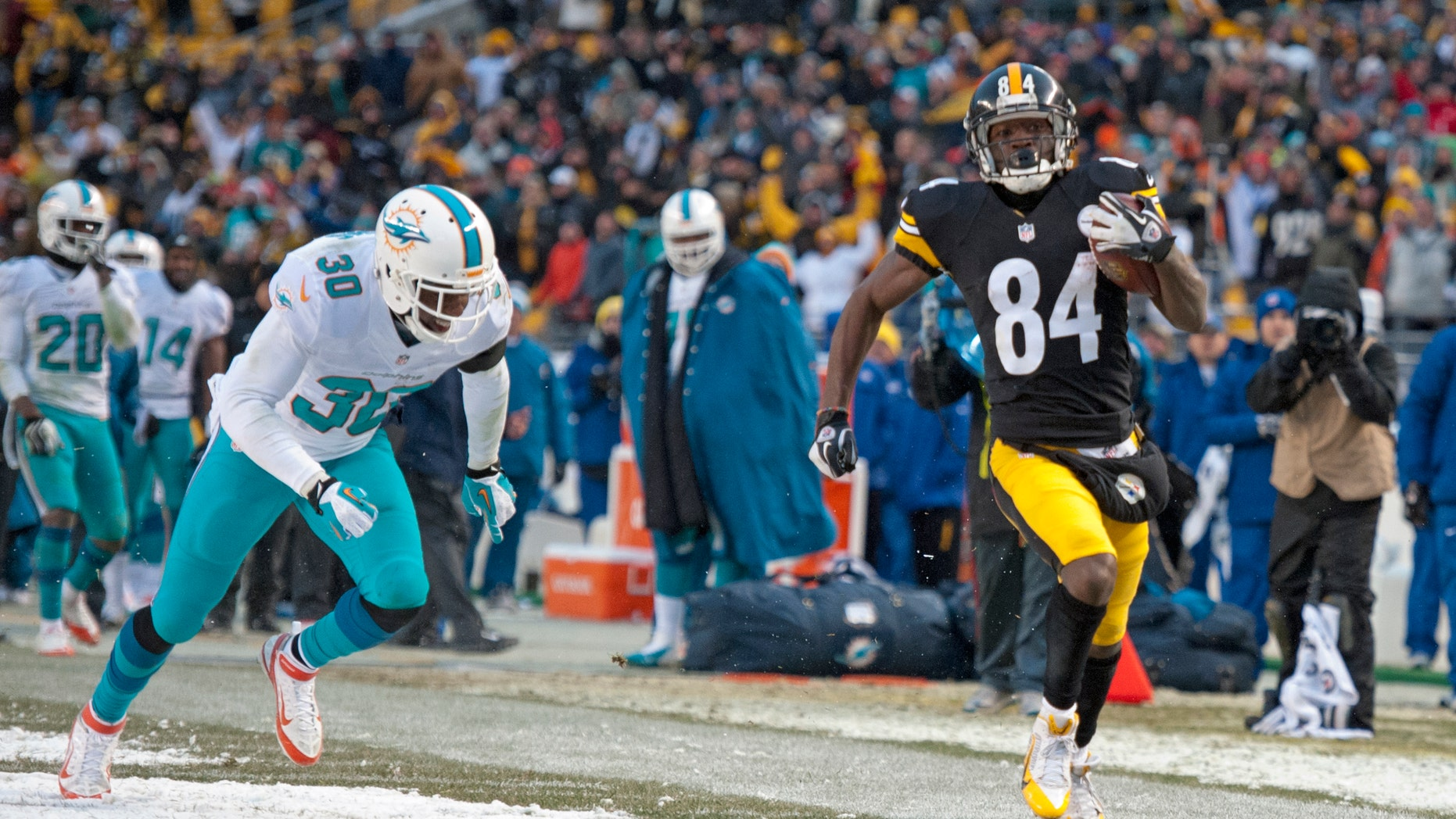 Pittsburgh Steelers wide receiver Antonio Brown (84) appears to step out of bounds as he gets past Miami Dolphins strong safety Chris Clemons (30) on the final play of the of an NFL football game in Pittsburgh, Sunday, Dec. 8, 2013. Brown made it into the end zone on the play, but it was ruled he stepped out of bounds. Miami won 34-28. (AP Photo/Don Wright)
