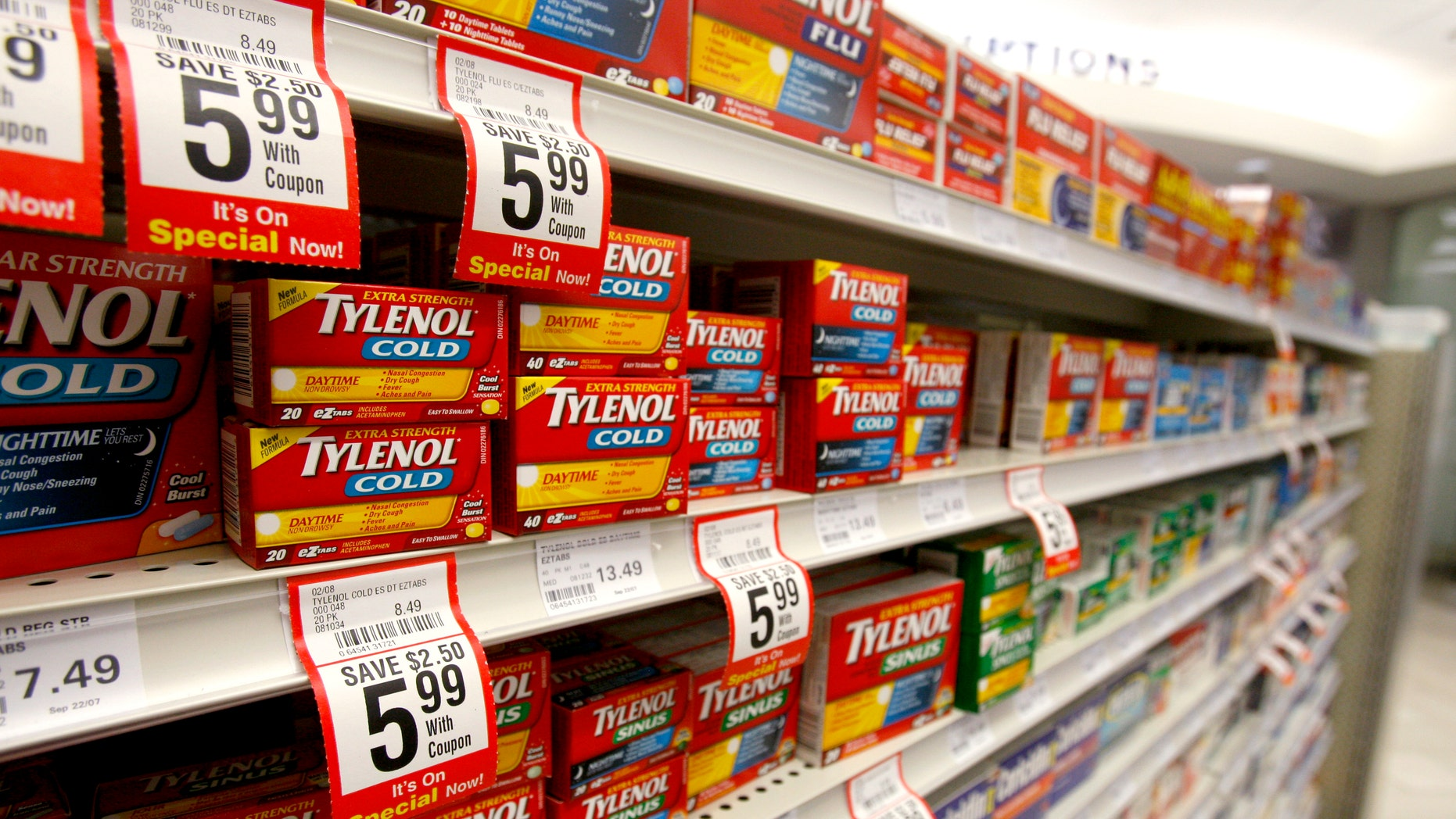 Boxes of Tylenol cold medication are seen in a pharmacy in Toronto January 31, 2008.     REUTERS/Mark Blinch  (CANADA) - RTR1WIZU