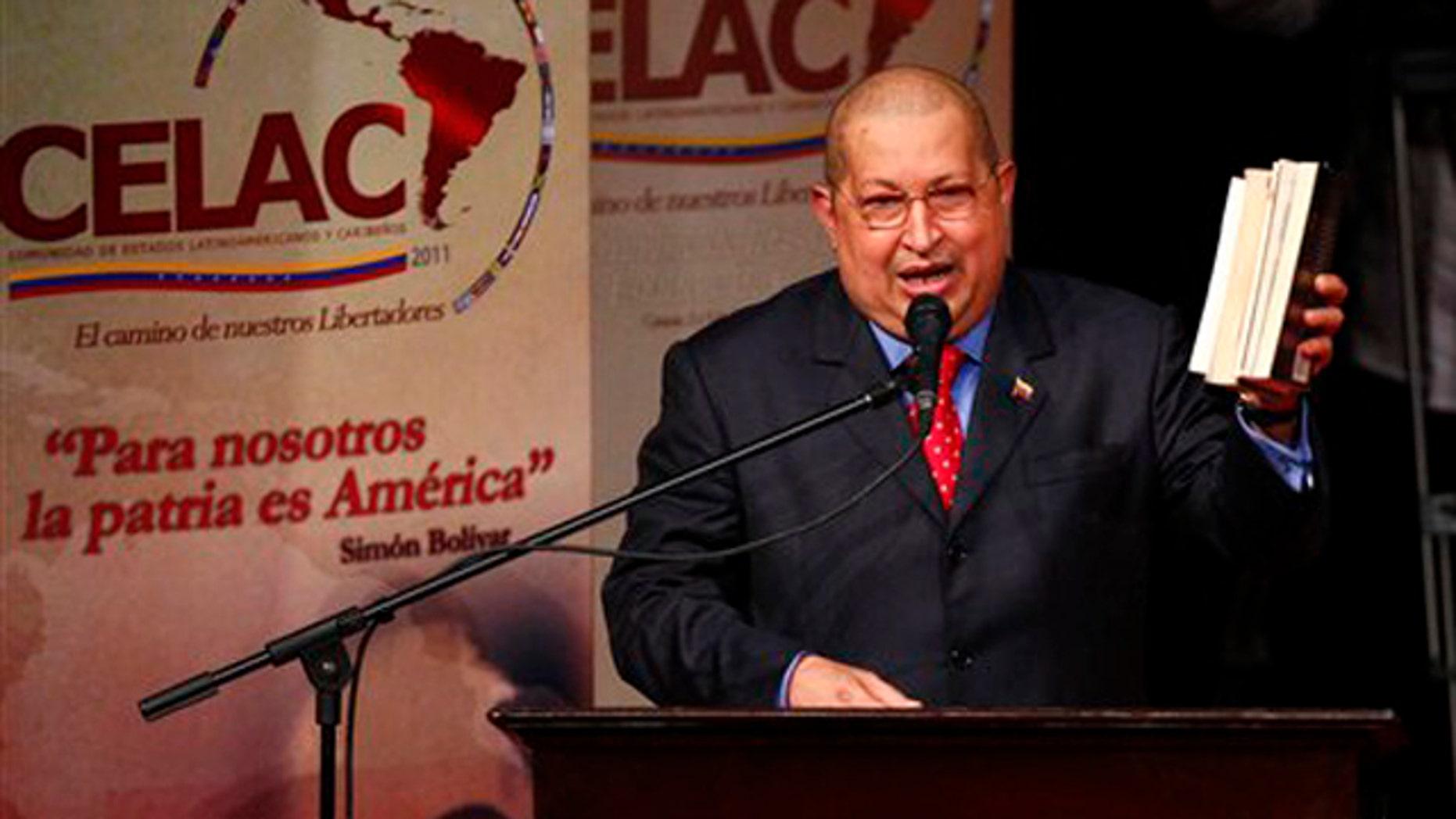El presidente de Venezuela, Hugo Chávez, pronuncia un discurso en la ceremonia inaugural de la cumbre de la Comunidad de Estados de Latinoamérica y el Caribe en Caracas, Venezuela, el viernes 2 de diciembre del 2011. (AP Foto/Ariana Cubillos)