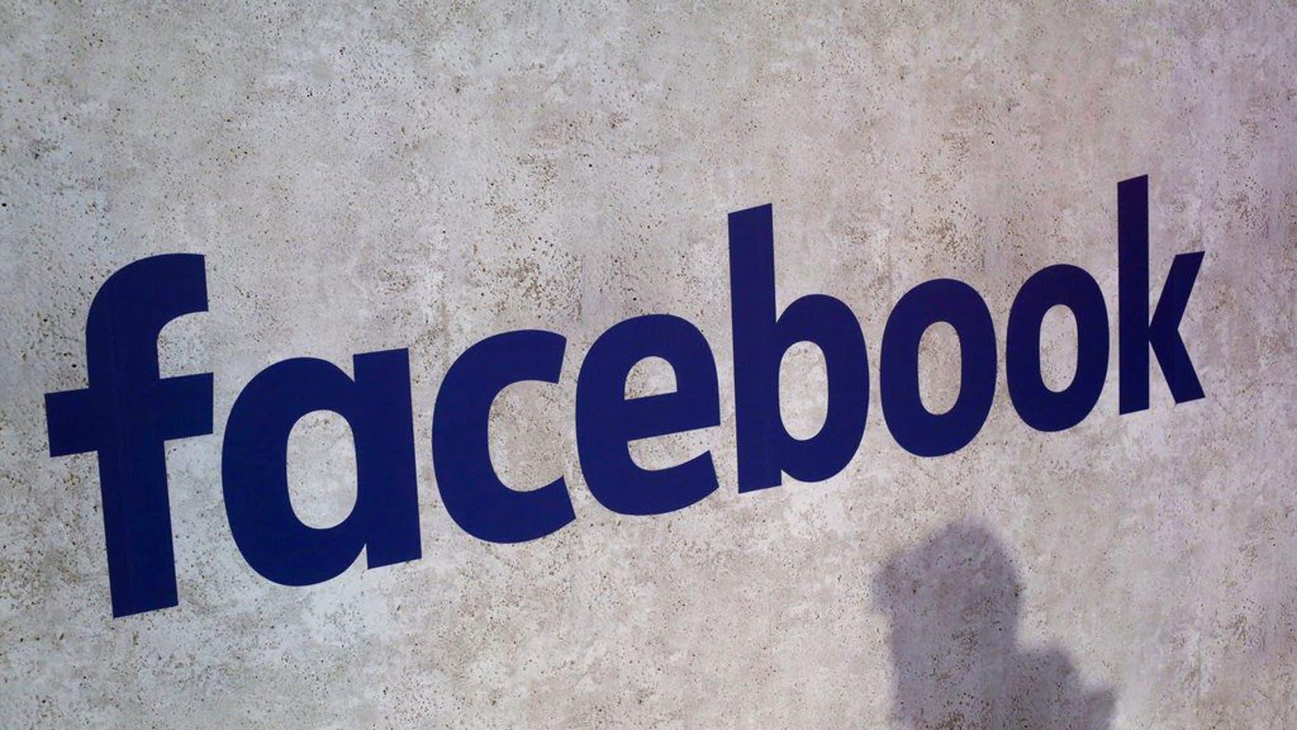 ARCHIVO- En esta fotografía del 17 de enero de 2017 se muestra el logotipo de Facebook en una reunión de pequeñas empresas en París. (AP Foto/Thibault Camus, Archivo)