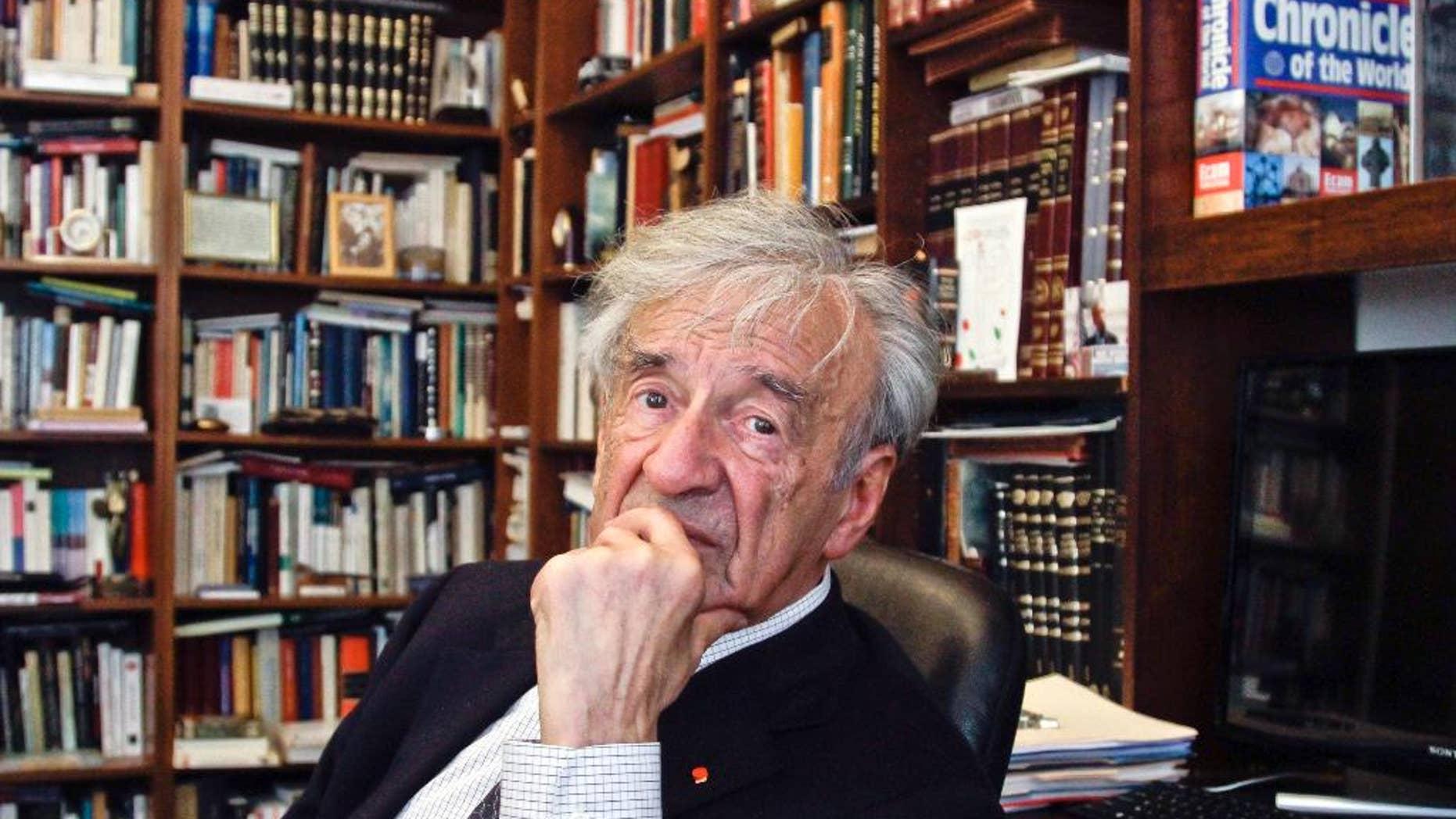 ARCHIVO  - En esta foto del 12 de septiembre del 2012, Elie Wiesel es visto en su oficina en Nueva York. Wiesel, ganadore del Nobel de Paz y sobreviviente del Holocausto, ha fallecido. Tenía 87 años.(AP Foto/Bebeto Matthews)