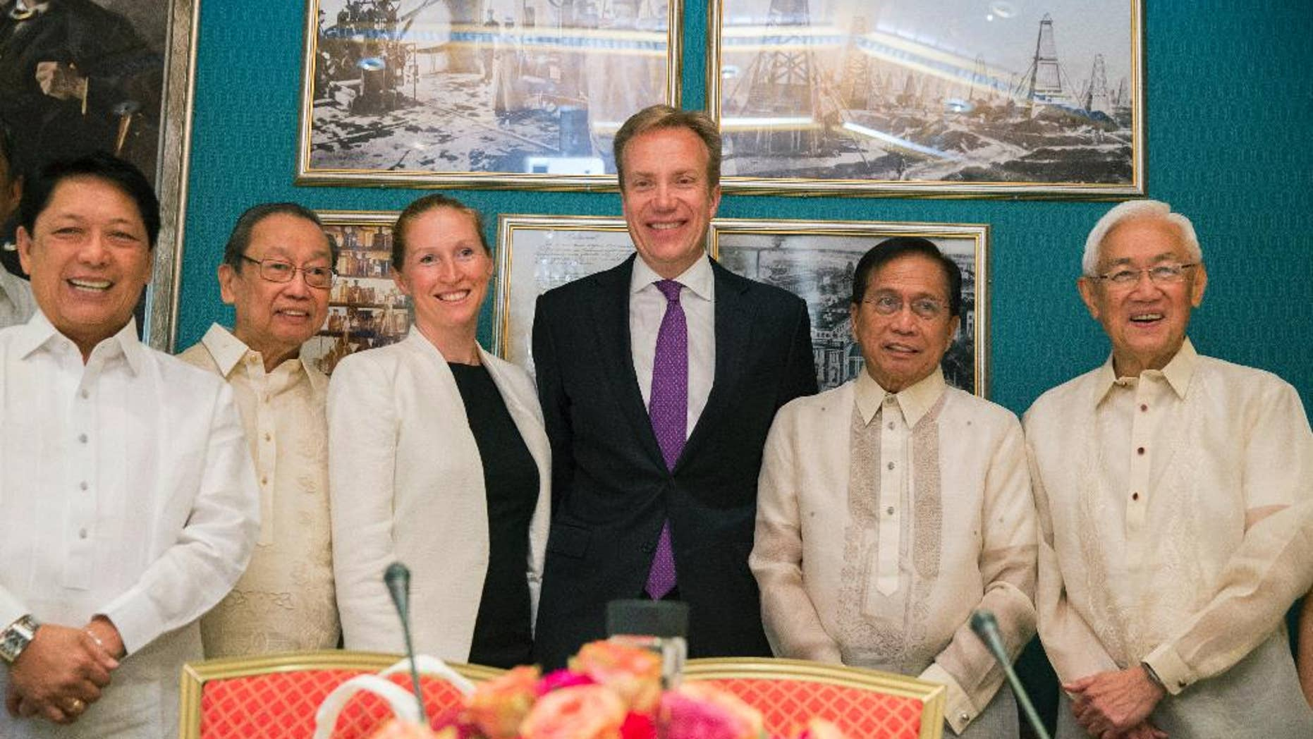 Norwegian Foreign Minister Boerge Brende, third right, and Elisabeth Slaattum, third left, from Norwegian Foreign Minister's office, pose with Philippine Presidential Advisor on the Peace Process Silvestre Bello III, left, National Democratic Front of the Philippines (NDFP) chief political consultant and Communist Party of the Philippines founder chair Jose Maria Sison, second left, and Philippine Presidential Peace Talks Adviser Jesus Dureza, second right, during their meeting in Oslo, Norway, Monday, Aug. 22, 2016. Norway is hosting a four-day peace talks between the Philippine government and the NDFP that will focus on resolving the root problems of an insurgency that has left more than 150,000 combatants and civilians dead and undermined the Philippines' economic development. (Berit Roald/NTB scanpix via AP)