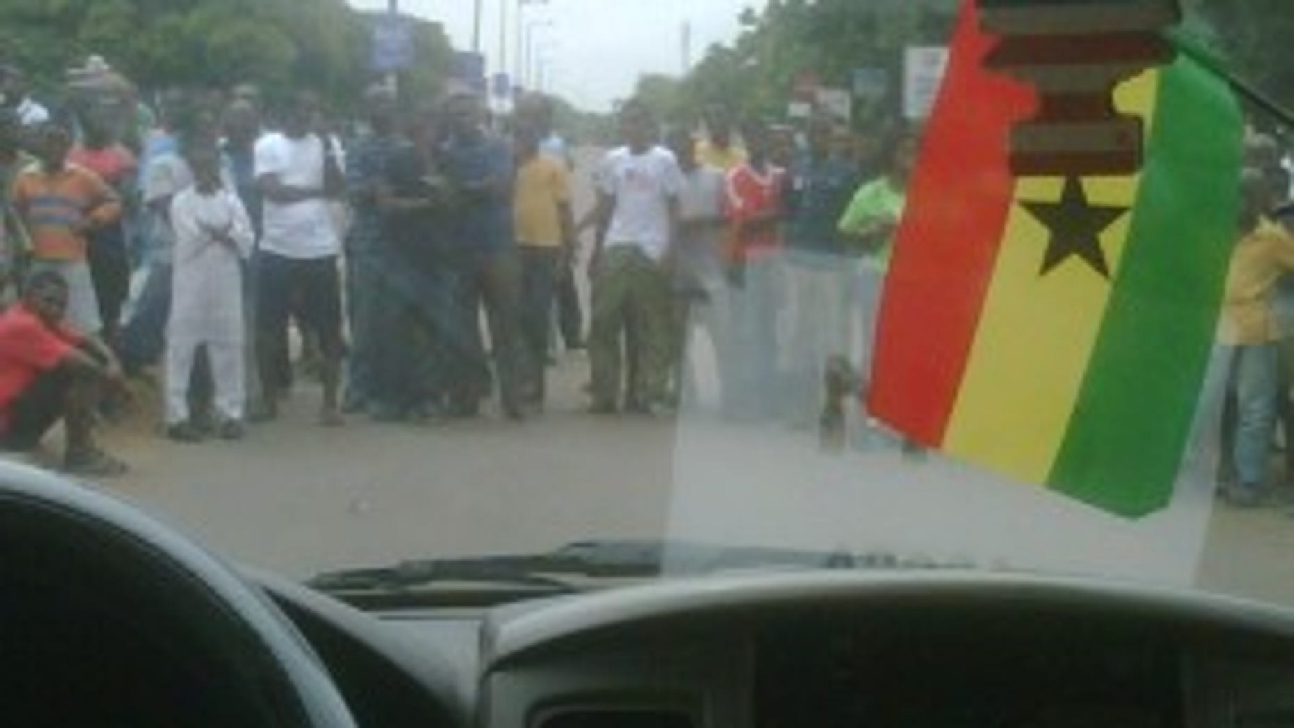 Ghanaians line the streets to see the President (photo by Craig Savage)