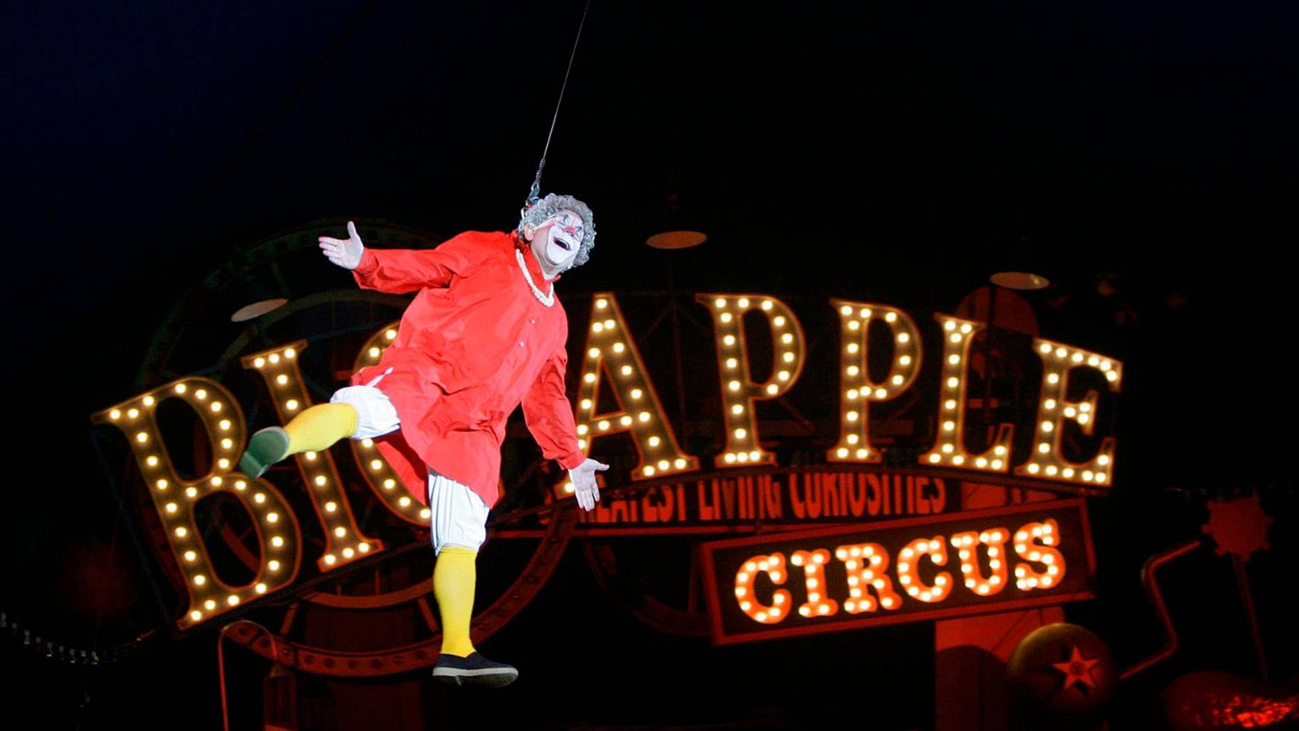 """This May 6, 2007 file photo shows Barry Lubin, as """"Grandma,"""" performing in the Big Apple Circus in Boston. (AP Photo/Chitose Suzuki, File)"""