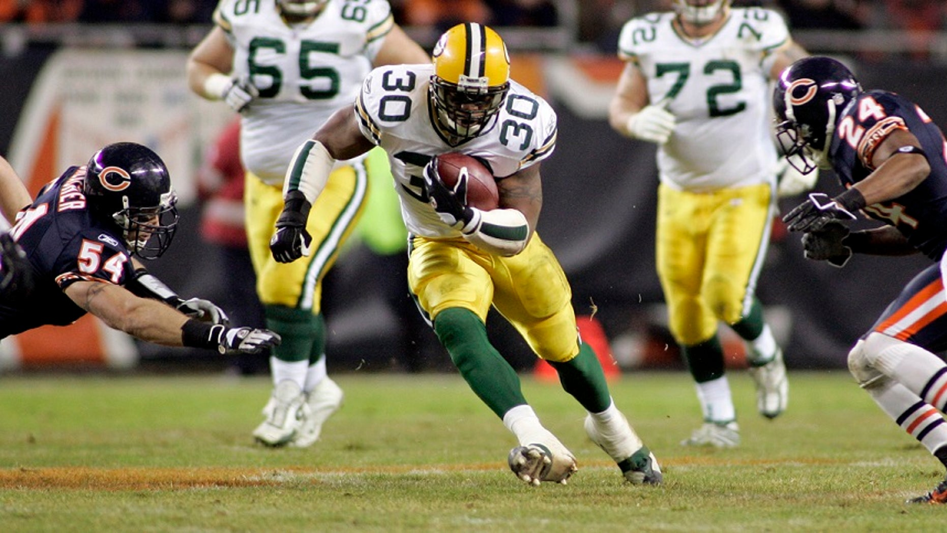 File photo: Green Bay Packers running back Ahman Green (C) runs past Chicago Bears linebacker Brian Urlacher (L) and cornerback Ricky Manning, Jr. in the first quarter of their NFL game in Chicago December 31, 2006. (REUTERS/Frank Polich)