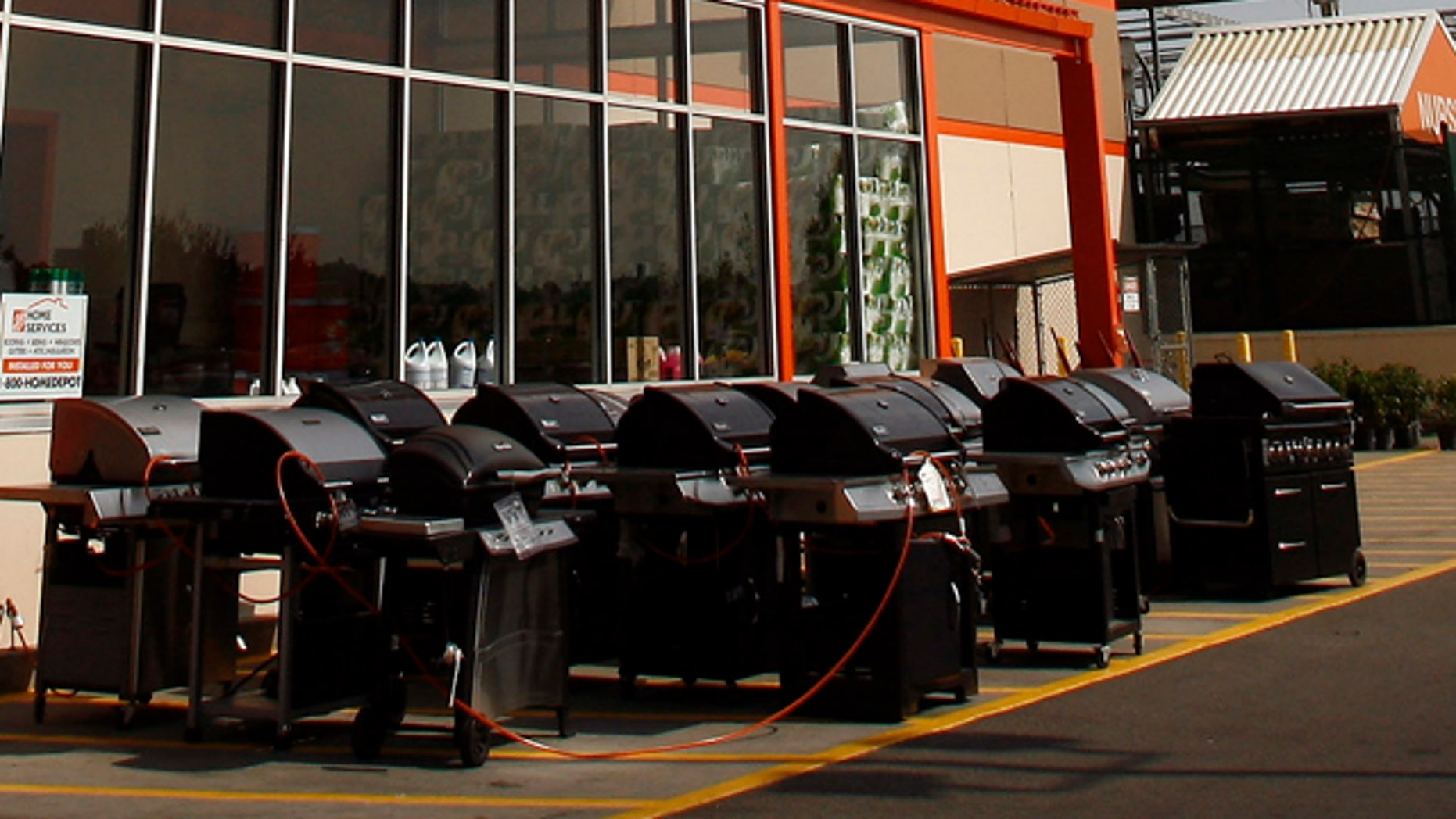 A Home Depot store is seen in New York, August 18, 2008. Analysts are expecting Home Depot to report a second-quarter profit of 61 cents a share on Tuesday, compared with 77 cents a year earlier, according to Reuters Estimates. The industry leader has said per-share earnings could fall as much as 24 percent this year.   REUTERS/Shannon Stapleton (UNITED STATES)