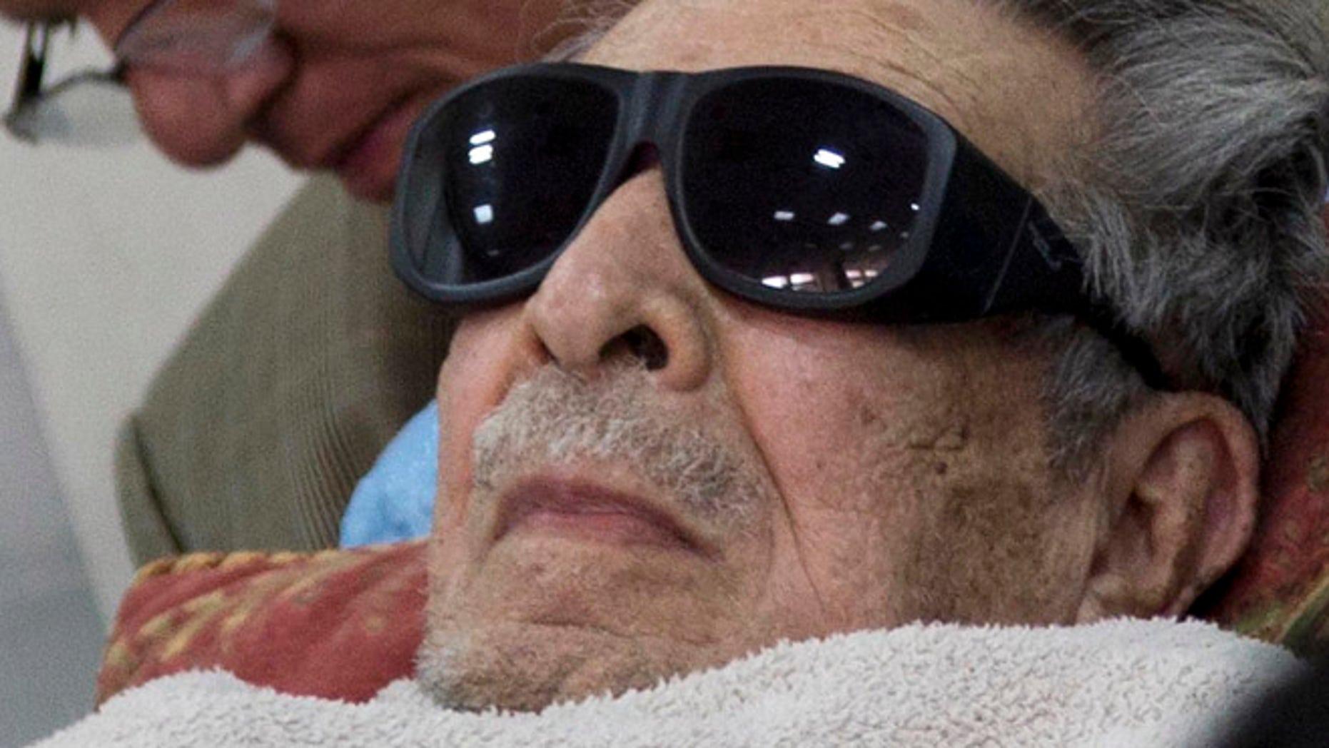En esta fotografía de archivo del 5 de enero de 2015, el exdictador guatemalteco José Efraín Ríos Montt llega en una camilla a una corte donde enfrenta cargos de genocidio y crímenes contra la humanidad en Ciudad de Guatemala. Una corte ordenó el jueves 23 de julio de 2015 que Ríos Montt sea internado en un hospital psiquiátrico para ser observado durante nueve días, lo que demora que vuelva a ser enjuiciado por cargos de genocidio. Con la orden se busca evaluar la salud física y mental del exgeneral de 89 años tras un reporte que lo halló incompetente para ser enjuiciado. (Foto AP/Luis Soto, archivo)