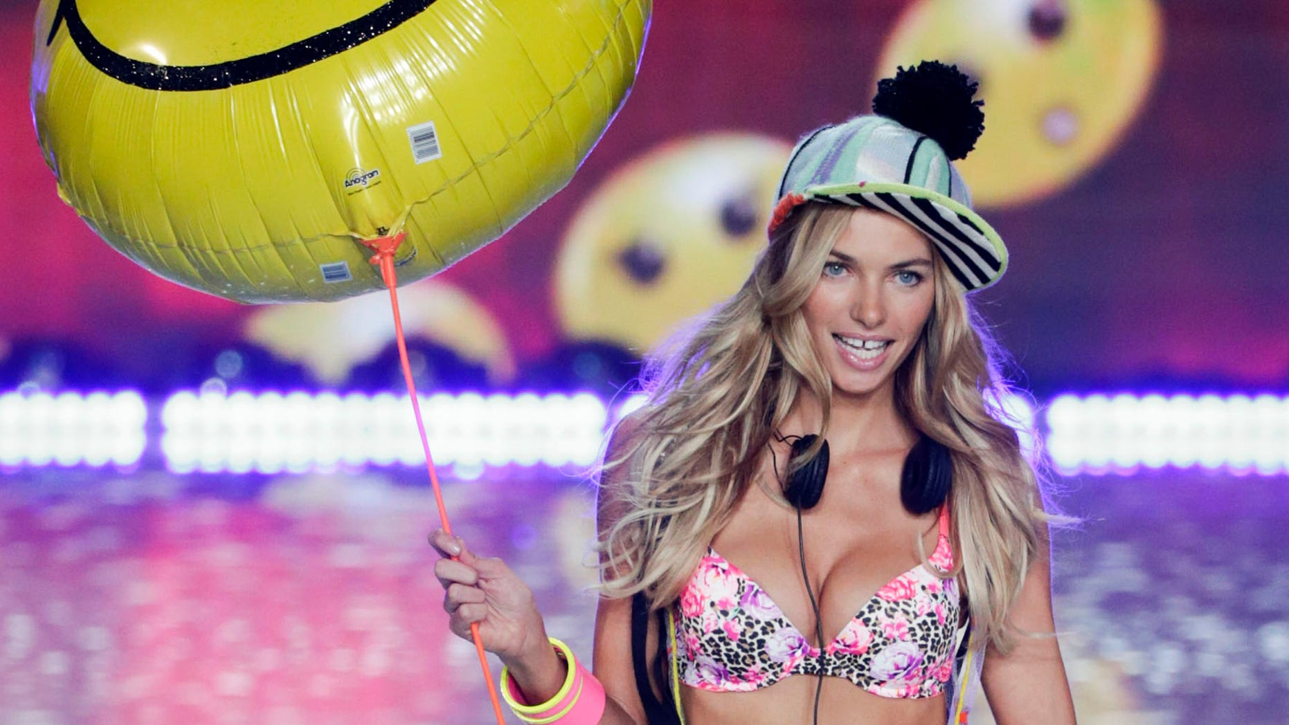 Model Jessica Hart presents a creation during the annual Victoria's Secret Fashion Show in New York, November 13, 2013.  REUTERS/Lucas Jackson (UNITED STATES - Tags: ENTERTAINMENT FASHION) - RTX15CMQ